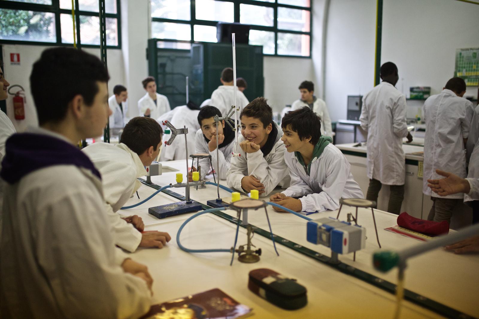 Giovani studentidell'ISS Pacinotti in uno dei laboratori di chimica della scuola. Mestre, Novembre 2014.