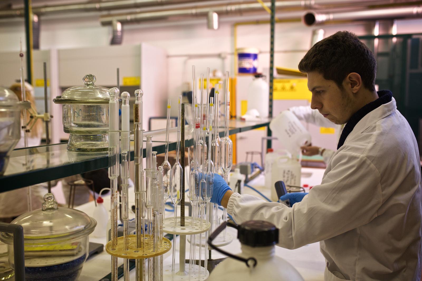 Uno studente dell'ISS Pacinotti al lavoro in uno dei laboratori di chimica della scuola. Molti operai del Polo Industriale di Porto Marghera si formarono in questa scuola fin dagli anni Cinquanta. Mestre, Novembre 2014.