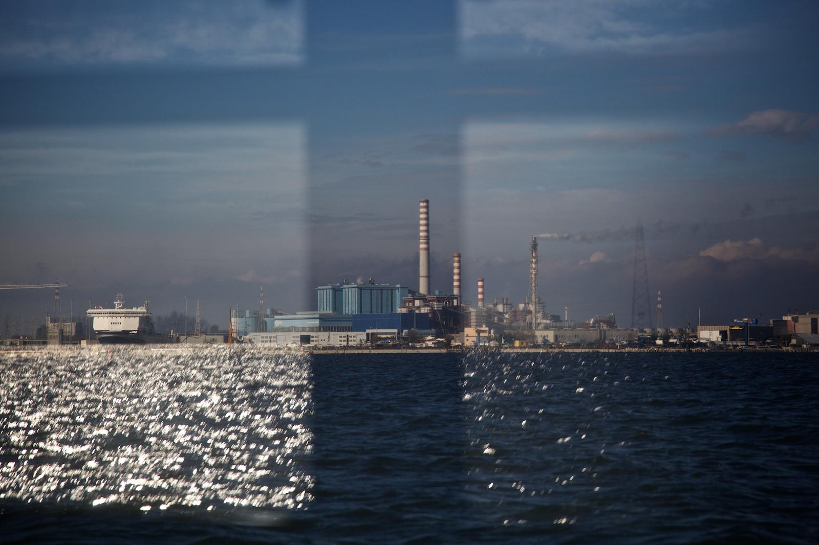 Vista della Centrale Enel Palladio di Porto Marghera dalla laguna di Venezia, Novembre 2014.