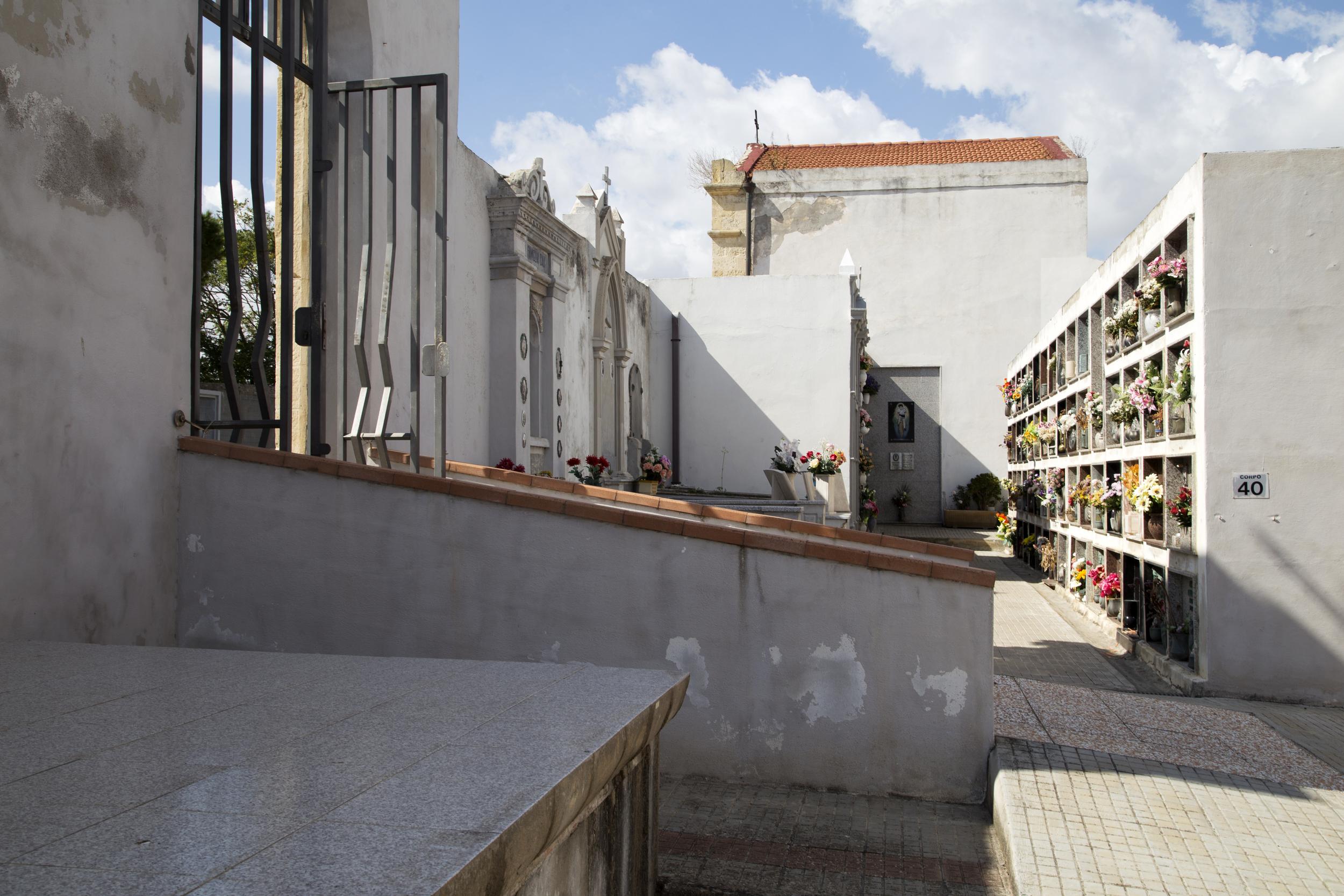 Porto Torres, 2014. Il cimitero di Porto Torres, dichiarato abusivo, è in via di trasferimento perché costruito troppo vicino alle abitazioni (la distanza limite è di 50 m).