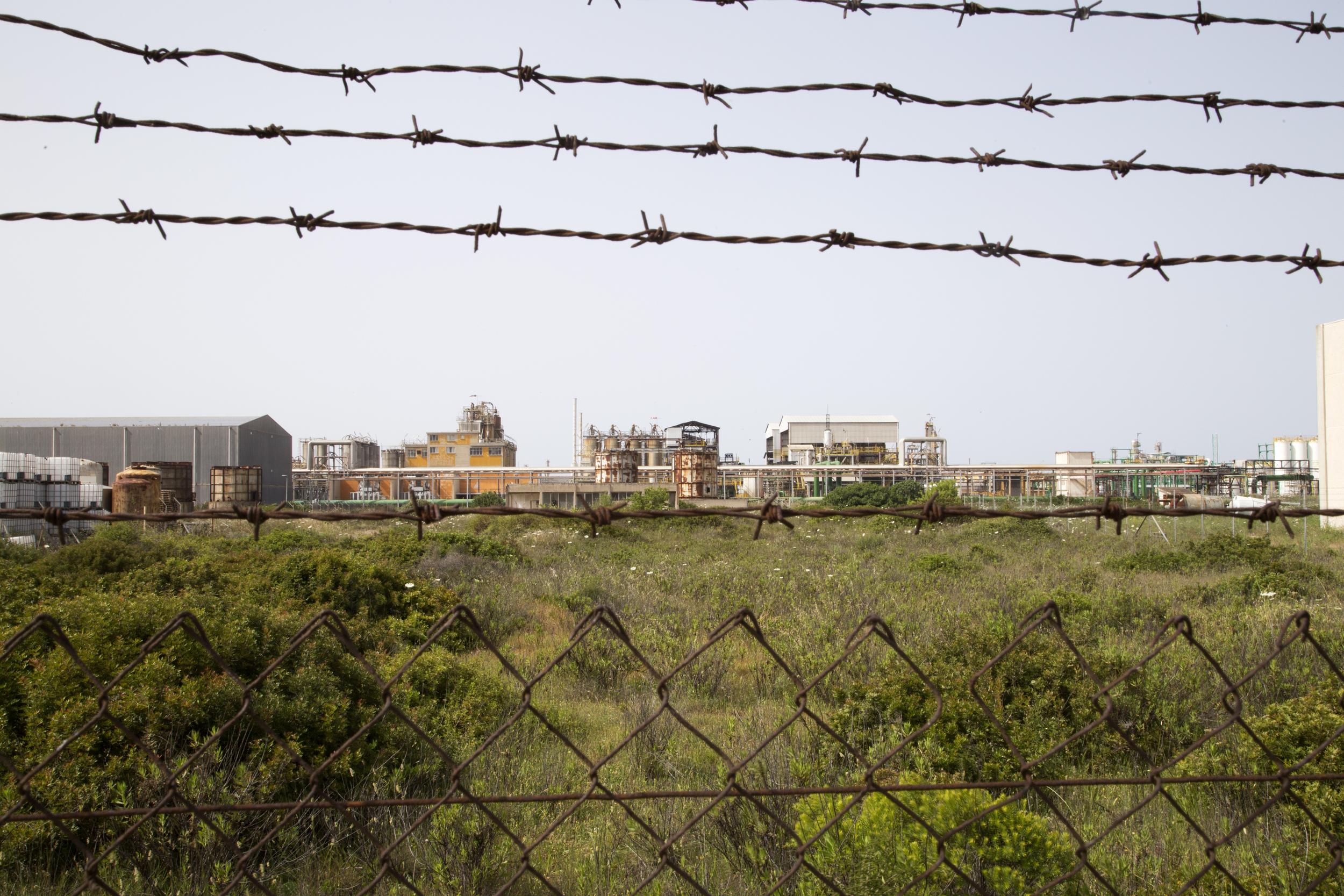 Porto Torres, 2014. L'ex petrolchimico ENI, chiuso nel 2010. La costruzione della centrale da 43,5 megawatt elettrici per la produzione di biomasse sarà costruita nella zona di Minciaredda, area attualmente ancora da bonificare.