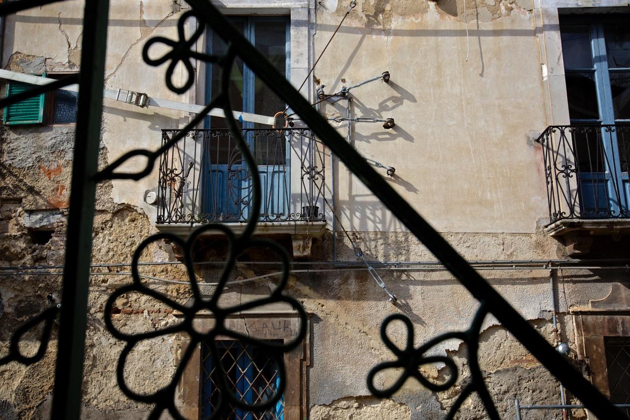 Tracce della messa in sicurezza e ricostruzione della parte antica del paese dopo il terremoto del 2006. Bussi sul Tirino (Pescara), 2014