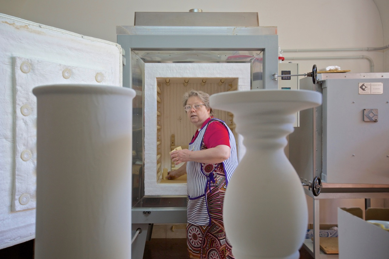Nadia Tenerini, erede dell'antica tradizione artigiana della ceramica, scomparsa con l'avvento della fabbrica elettrochimica . Bussi sul Tirino (Pescara), 2014.