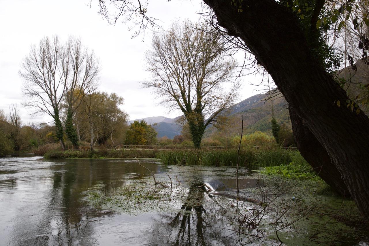 Veduta a monte del paese. Il nome Bussi deriva dall'albero bosso, tipico di queste zone. Bussi sul Tirino (Pescara), 2014.