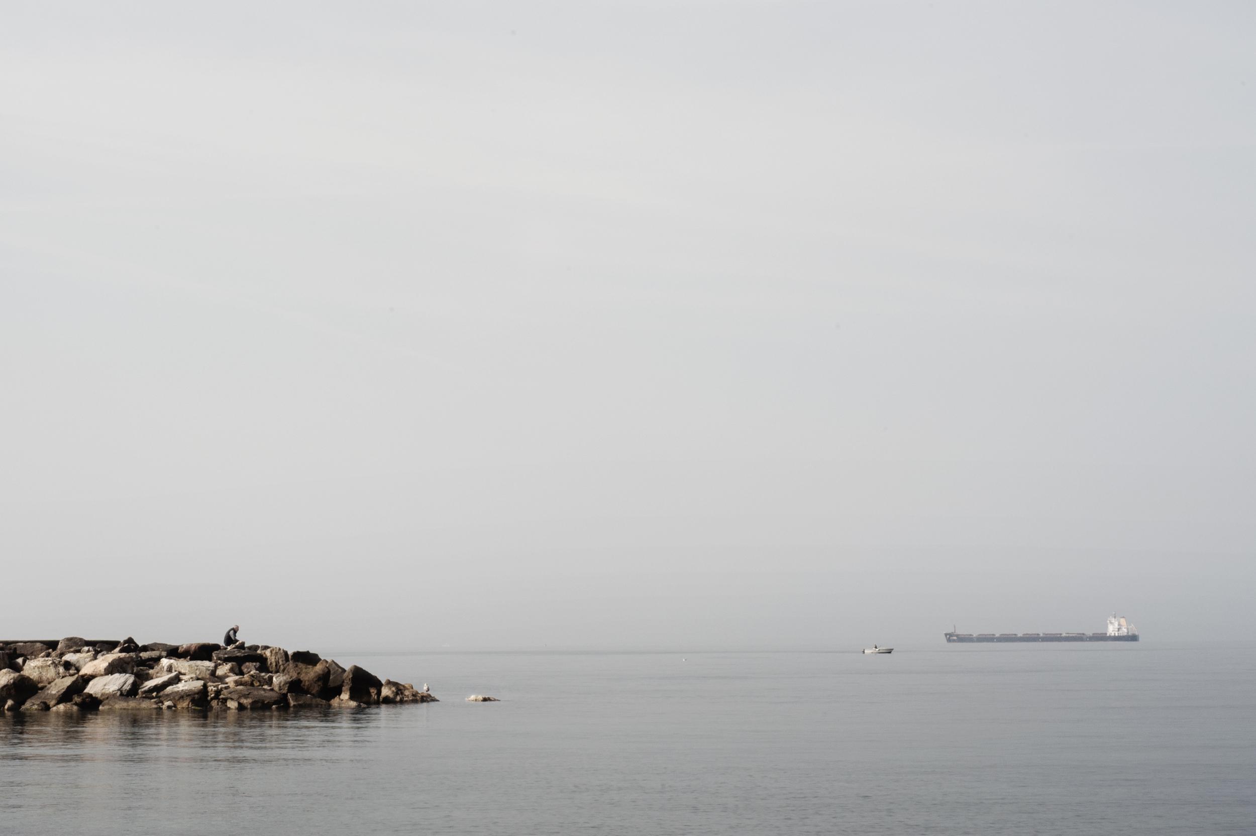 Le carboniere che quotidianamente navigano lungo il litorale, la cui provenienza rimane ignota, possono arrivare fino a 250 metri di lunghezza, con una capacità di carico che va dalle 70 alle 100 tonnellate di carbone. (Giulia Morelli)