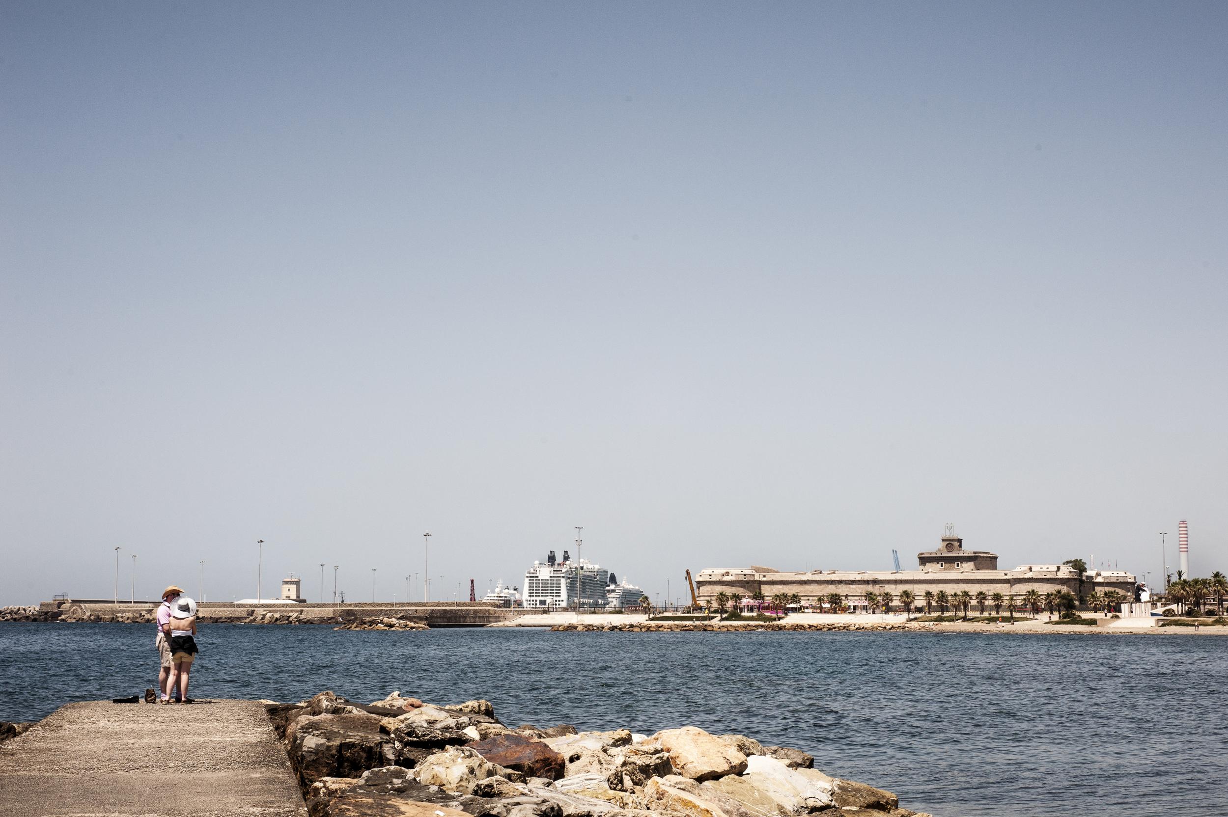 In estate a Civitavecchia sbarcano circa 12mila persone al mese: molti turisti preferiscono fermarsi per passare una giornata al mare, piuttosto che andare a visitare Roma. (Giulia Morelli)