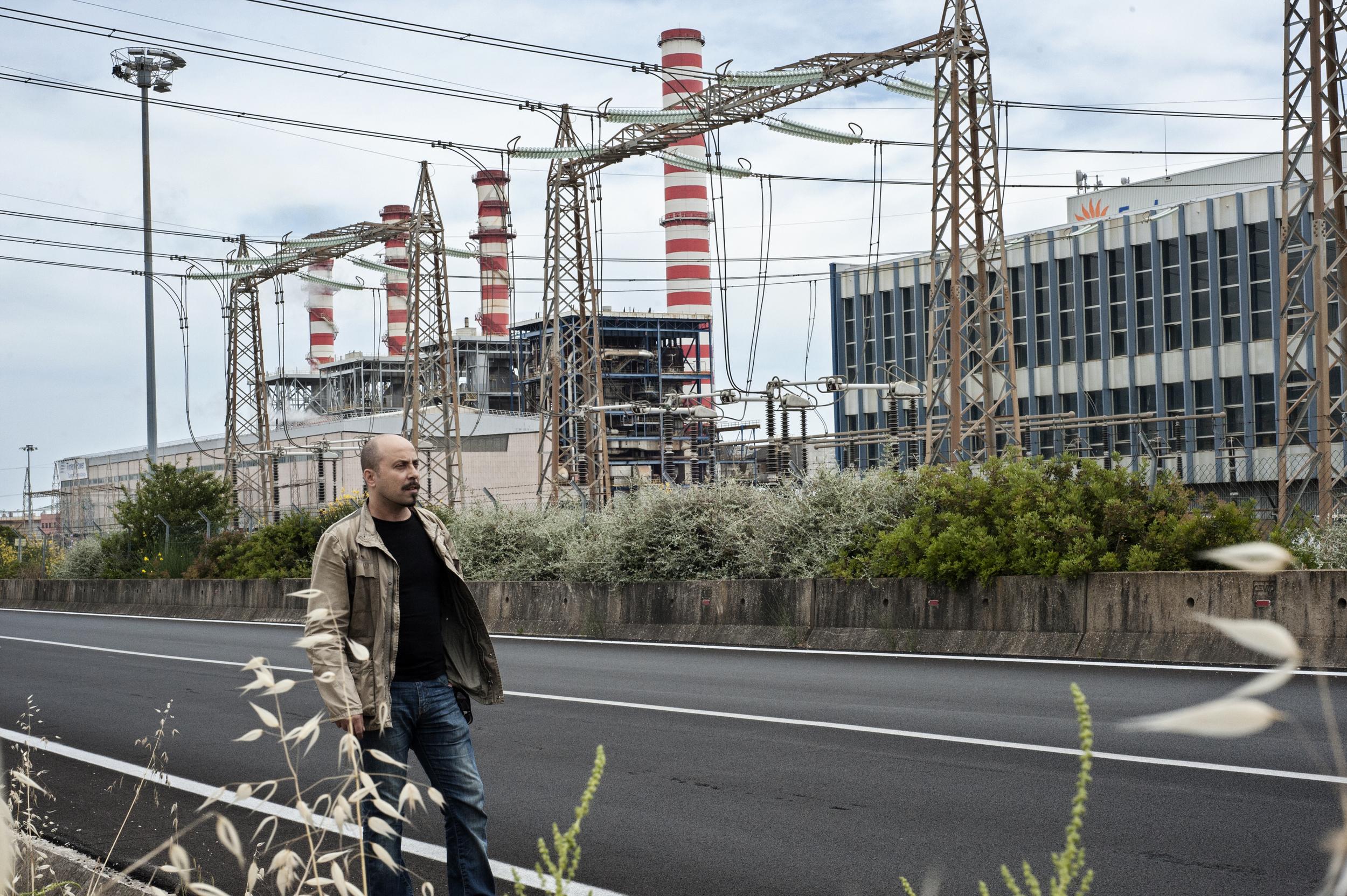 L'assessore alle Politiche Ambientali Alessandro Manuedda (Movimento Cinque Stelle) davanti all'impianto di Torrevaldaliga Nord. (Giulia Morelli)