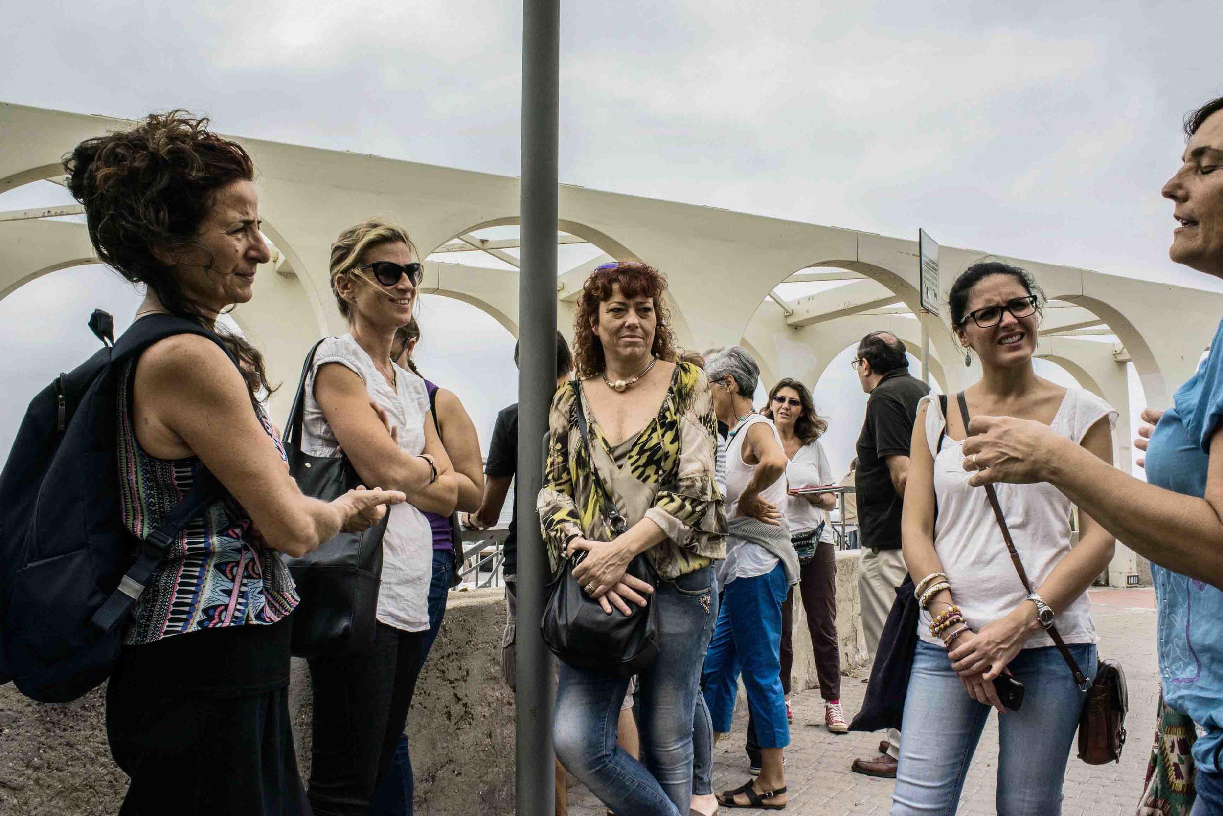 Attivisti del Gruppo di Epidemiologia Popolare durante un momento di riposo al Pirgo, il lungomare della città.Civitavecchia, settembre 2014. (David Pagliani Istivan)