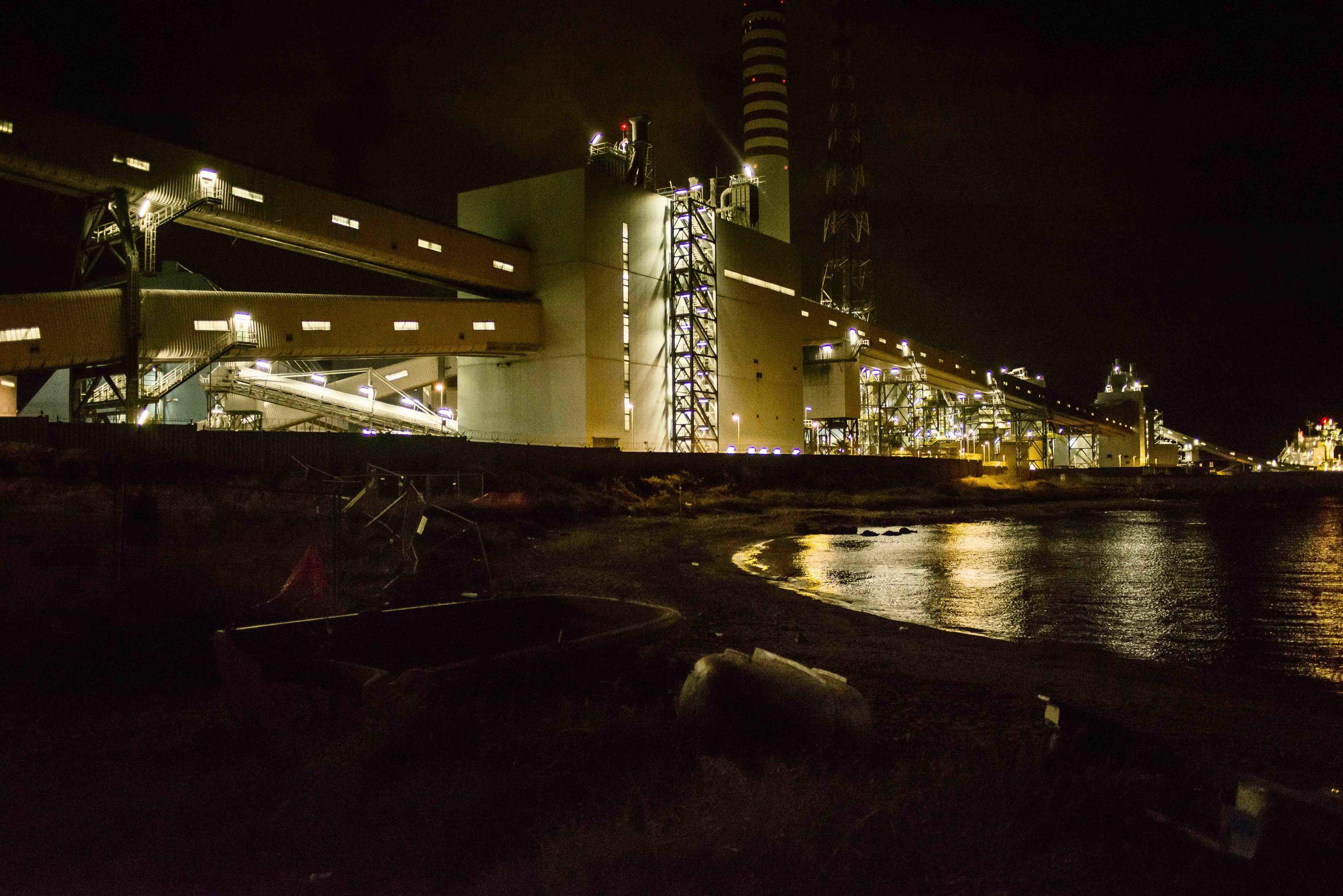 L'impianto Torrevaldaliga Nord di sera. La carbonifera di proprietà dell'Enel rappresenta la maggiore criticità ambientale per il territorio di Civitavecchia. ottobre, 2014. (David Pagliani Istivan)