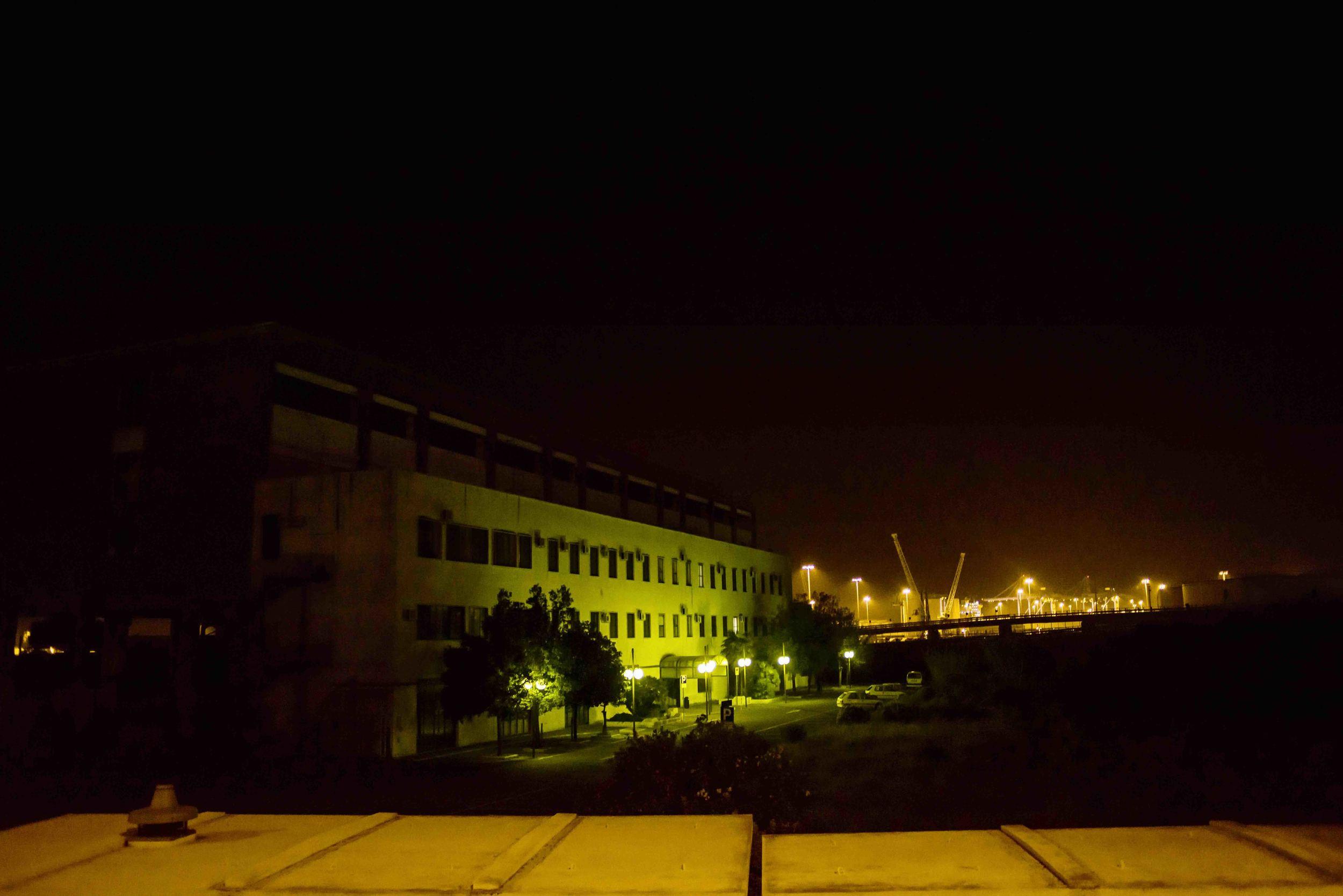 La centrale termoelettrica di Fiumaretta, costruita durante il piano Marshall. Soggetta a continue esplosioni è stata chiusa quando i manifestanti si sono incatenati ai rottami fuoriusciti lungo la via Aurelia. Civitavecchia, ottobre 2014. (David Pagliani Istivan)
