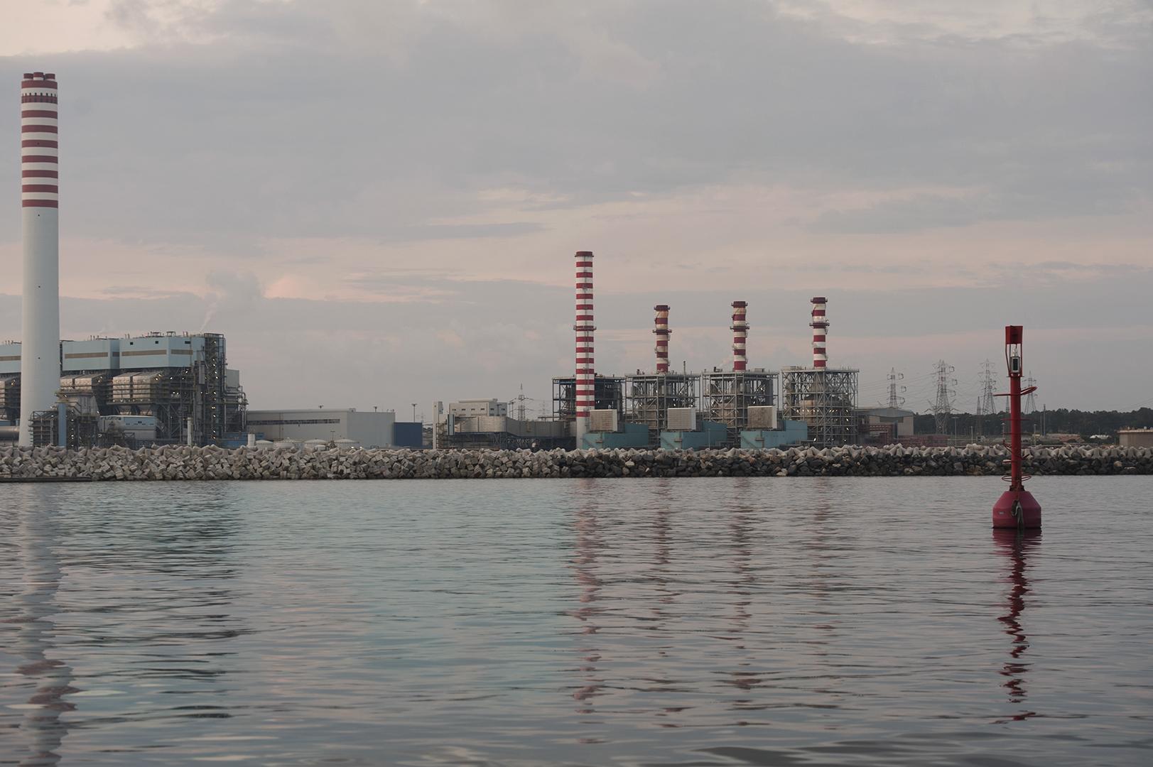 La carbonifera Torrevaldaliga Nord dell'Enel si affaccia sul porto di Civitavecchia. E' considerata una delle centrali a carbone più inquinanti d'Europa. Civitavecchia, 2014. (Patrizia Pace)