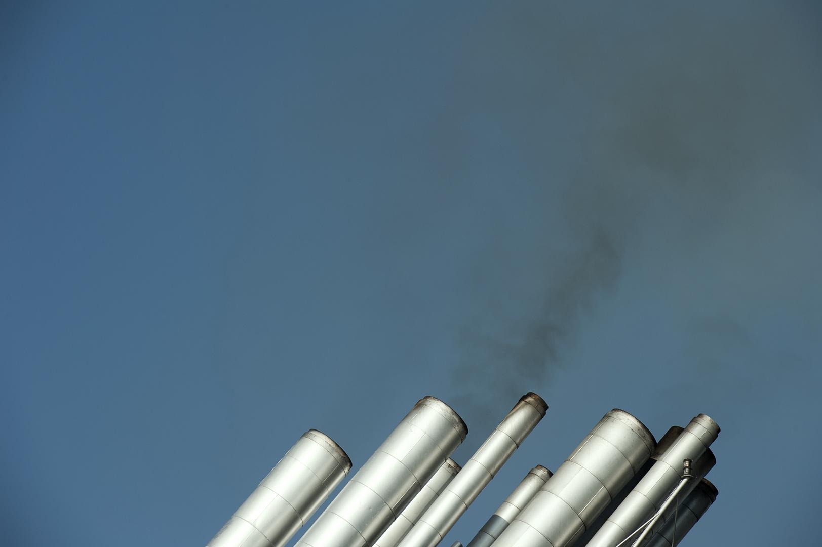 Camini della nave da crociera MSC Musica in sosta nel porto di Civitavecchia. Le emissioni dei motori includono ossidi di azoto, ossidi di zolfo, anidride carbonica e polveri sottili; si stima che entro il 2030 l'inquinamento atmosferico aumenterà dal 100 al 200%. Settembre 2014. (Patrizia Pace)
