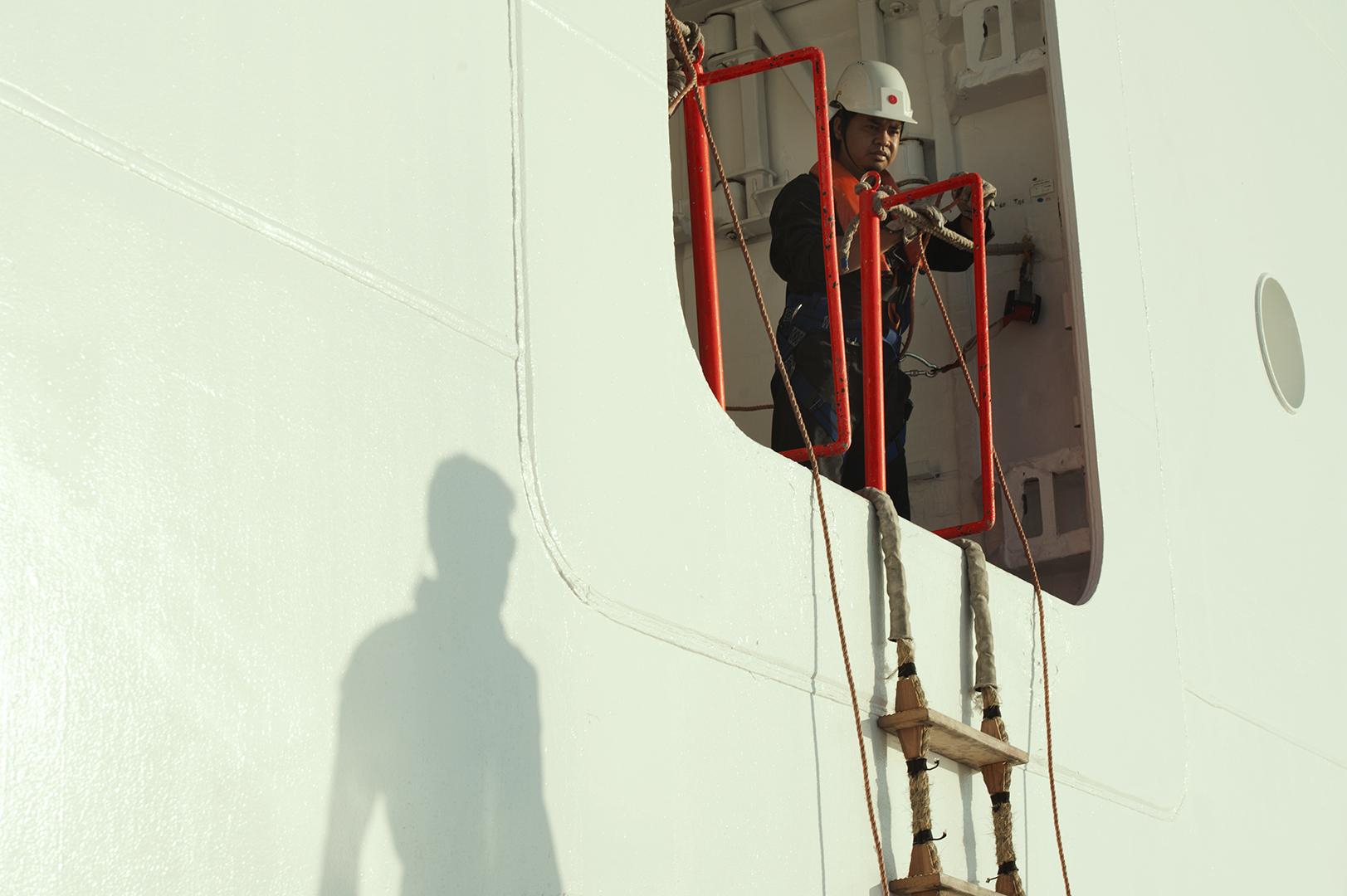 I dipendenti a bordo delle navi sono per la maggior parte filippini, seguiti da indiani e indonesiani. Civitavecchia, 2014. (Patrizia Pace)