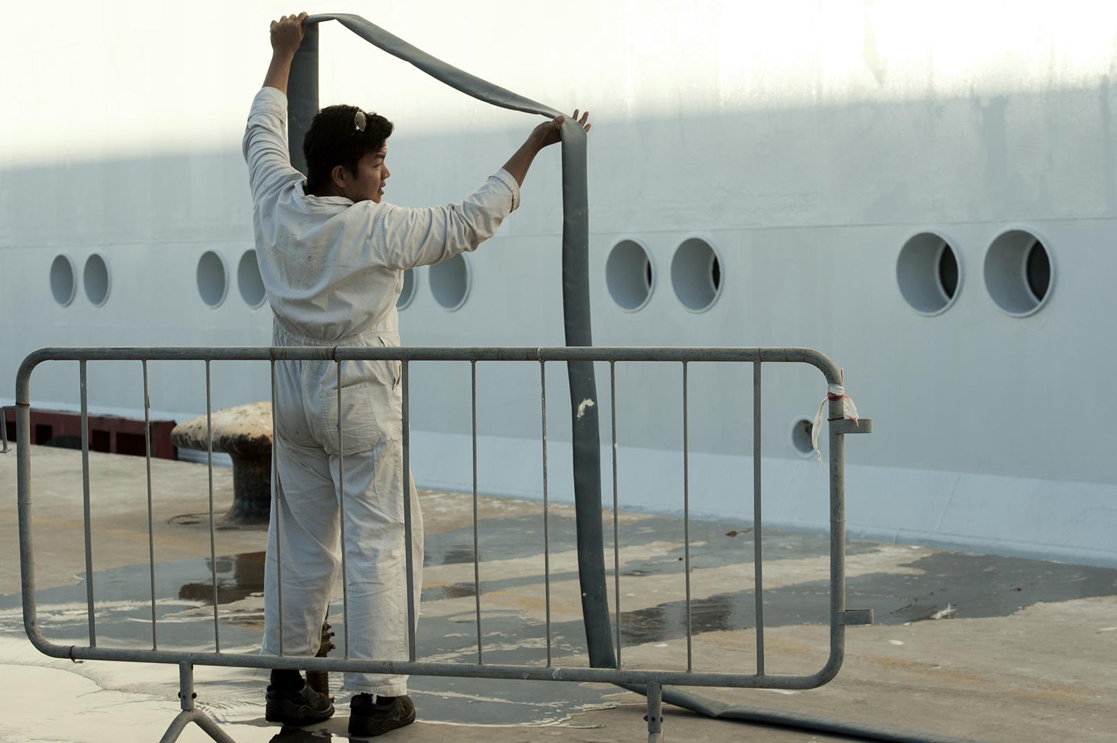 In una nave da crociera vengono caricate più di 300 tonnellate di acqua, ciò corrisponde al fabbisogno di oltre 600 famiglie. Porto di Civitavecchia, 2014. (Patrizia Pace)