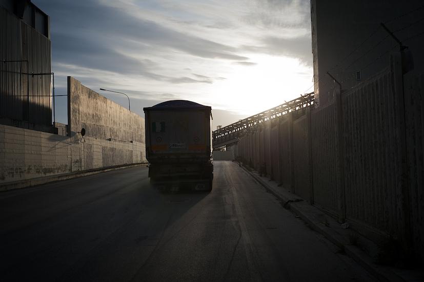 Camion che trasportano il carbone all'interno della zona industriale.