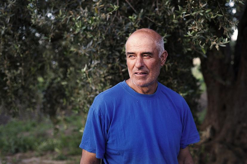 Giovanni, contadino che vive e lavora nei terreni all'interno della zona industriale.