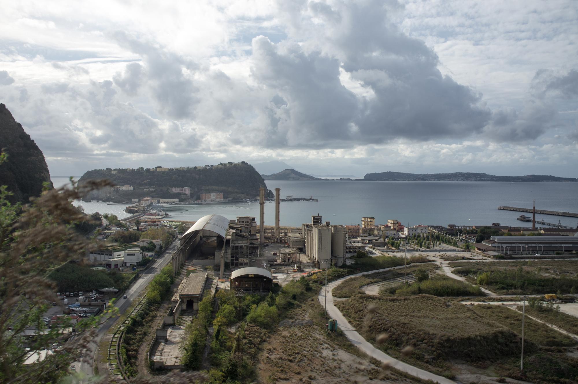 L'area di Bagnoli vista da Posillipo, in primo piano l'isola di Nisida e la Cementir. Nata nel 1954 utilizzava, come materia prima per la produzione di cemento, un sottoprodotto delle lavorazioni siderurgiche. Le attività produttive dello stabilimento sono cessate nel 1992 con la chiusura dell'Italsider.