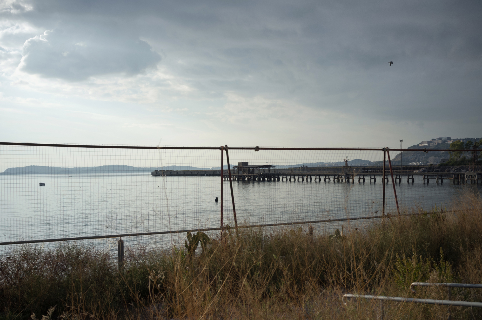 Secondo l'inchiesta sul disastro ambientale, a Bagnoli sarebbero state sversate in mare pericolose sostanze inquinanti, in particolare idrocarburi.