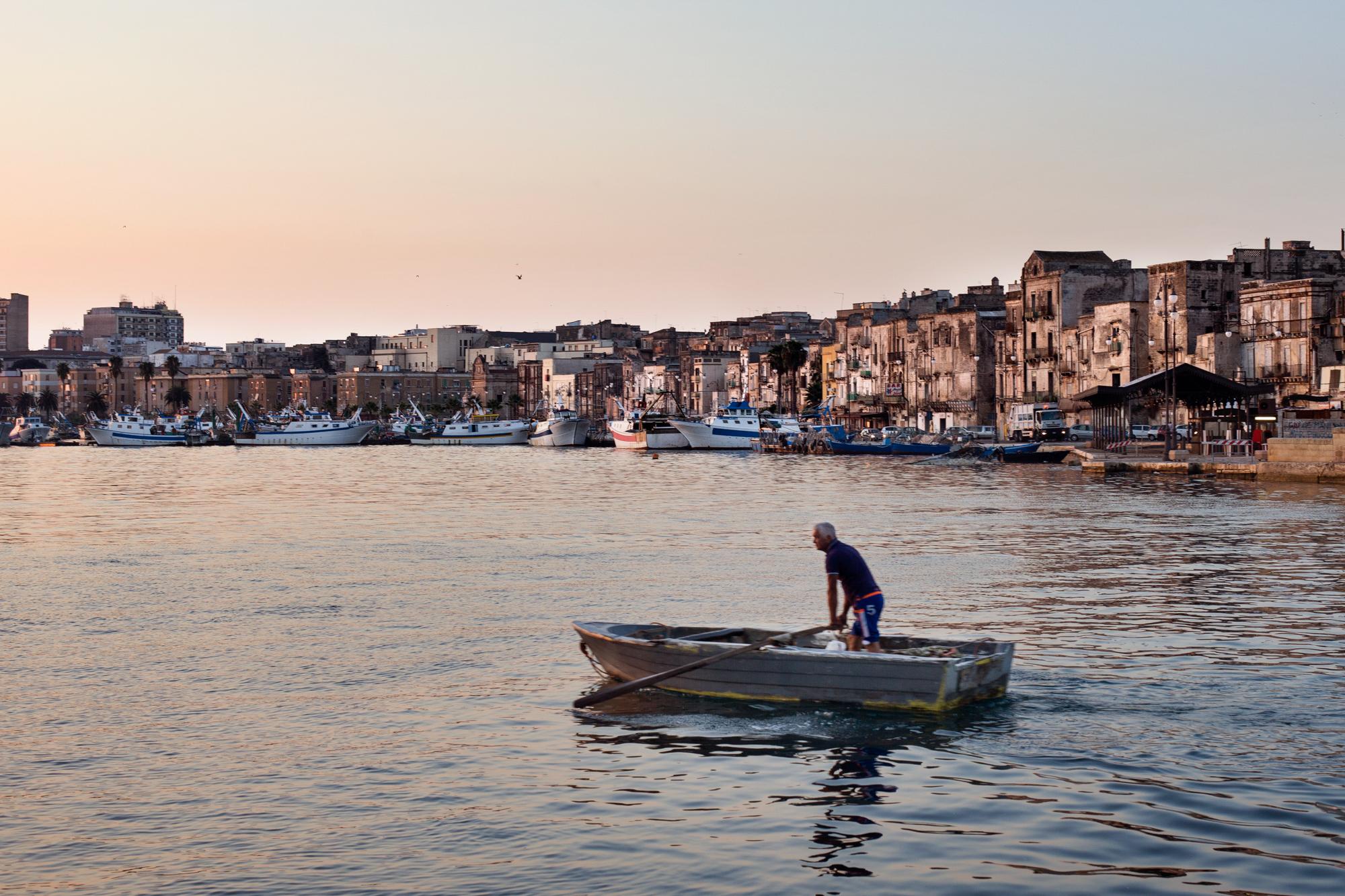 Taranto, Italia, 28 Settembre 2013. Mattina presto sul Mar Piccolo.