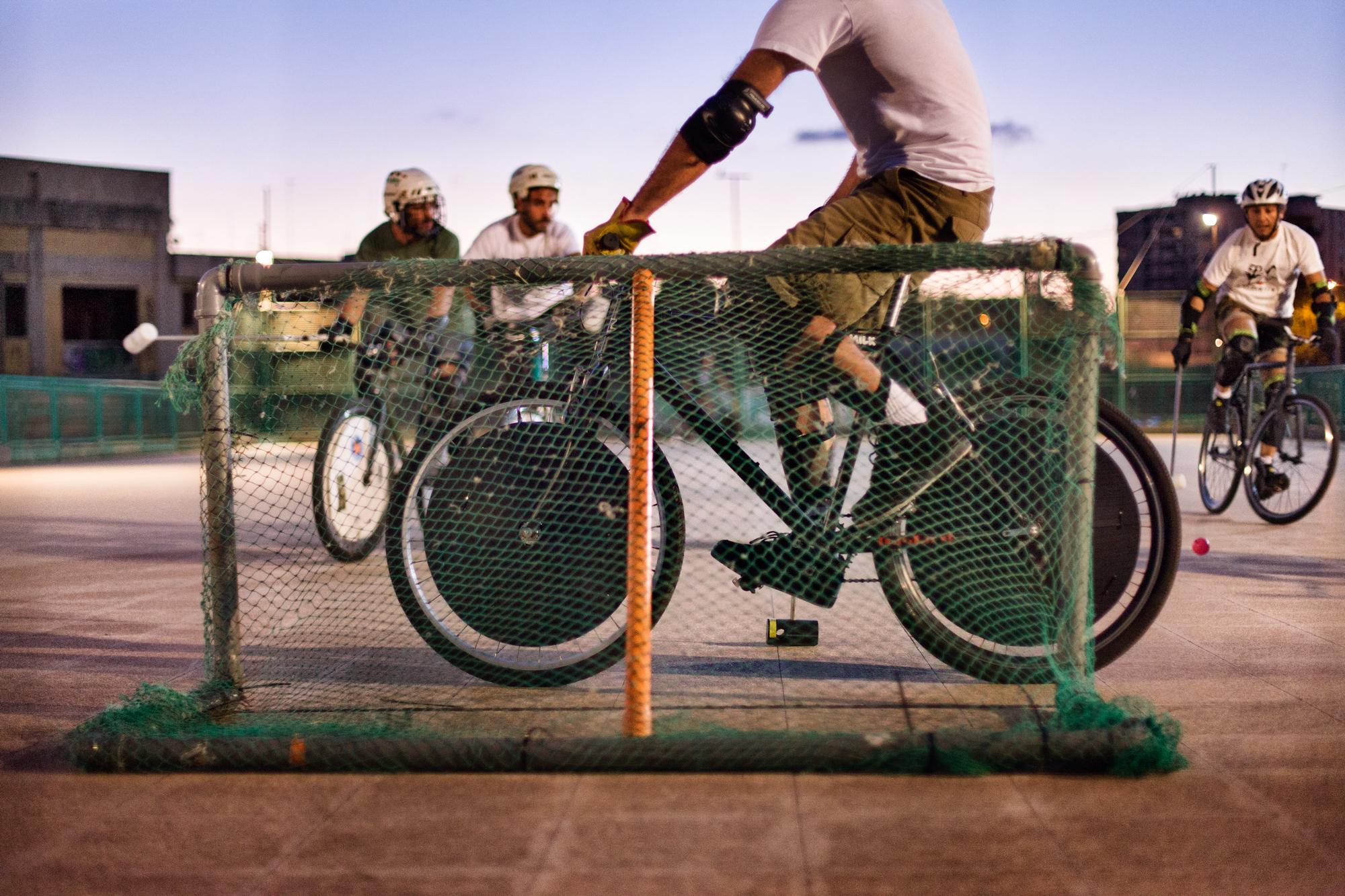 Taranto, Italia, 22 Settembre 2013. Gli Howlers festeggiano l'ultimo giorno della Settimana Europea della Mobilità Sostenibile con una festa alla Pista Ricciardo. Il complesso, un tempo abbandonato e degradato, è stato riqualificato dai ragazzi dell'associazione e adibito a campo da bike polo con un tacito consenso del Comune.
