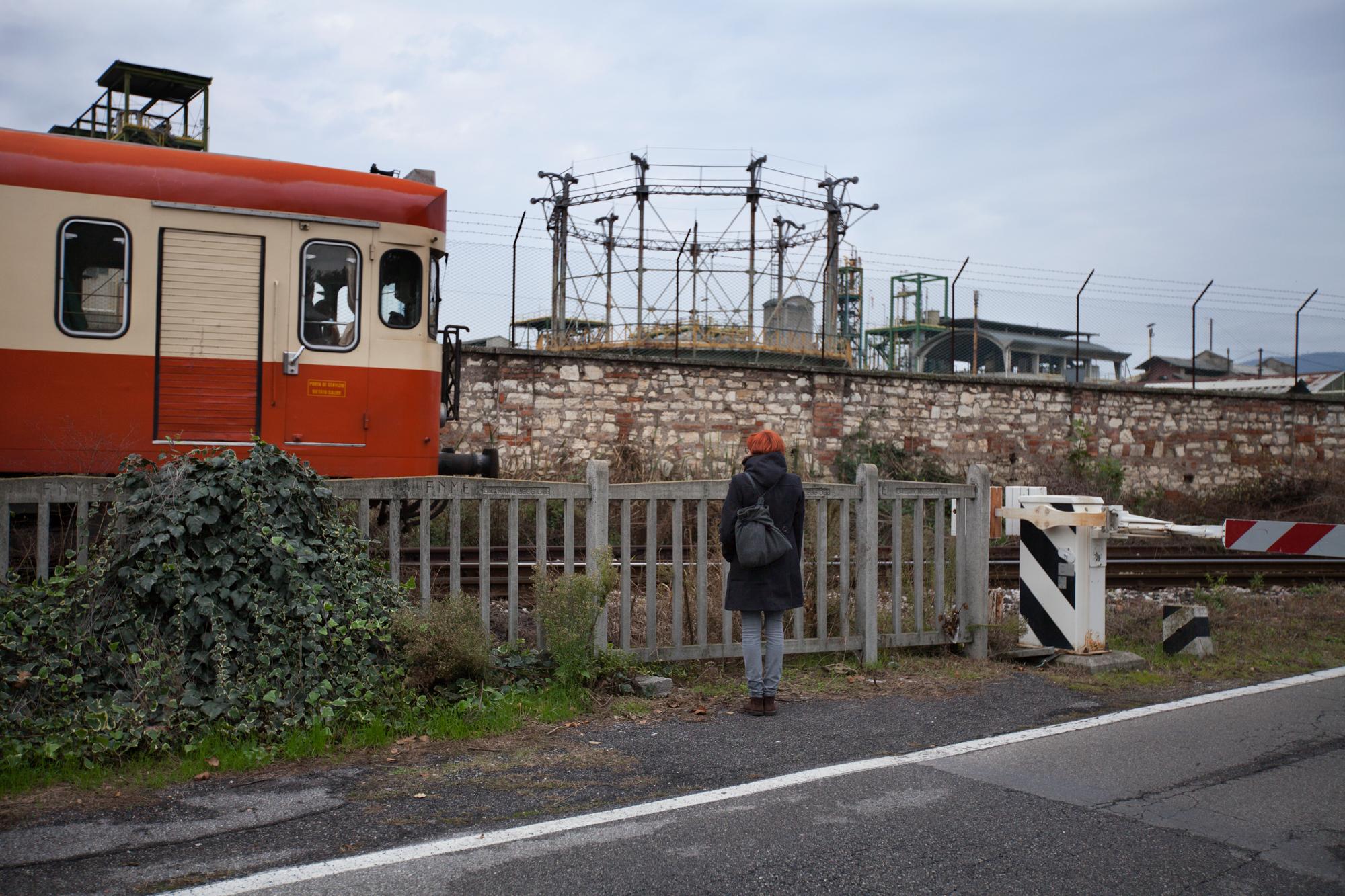 Muro di cinta dell'industria chimica Caffaro, nel centro di Brescia. Alla base del muro vicino ai binari vi lo scarico attraverso il quale defluivano nell'acqua le sostanze inquinanti.