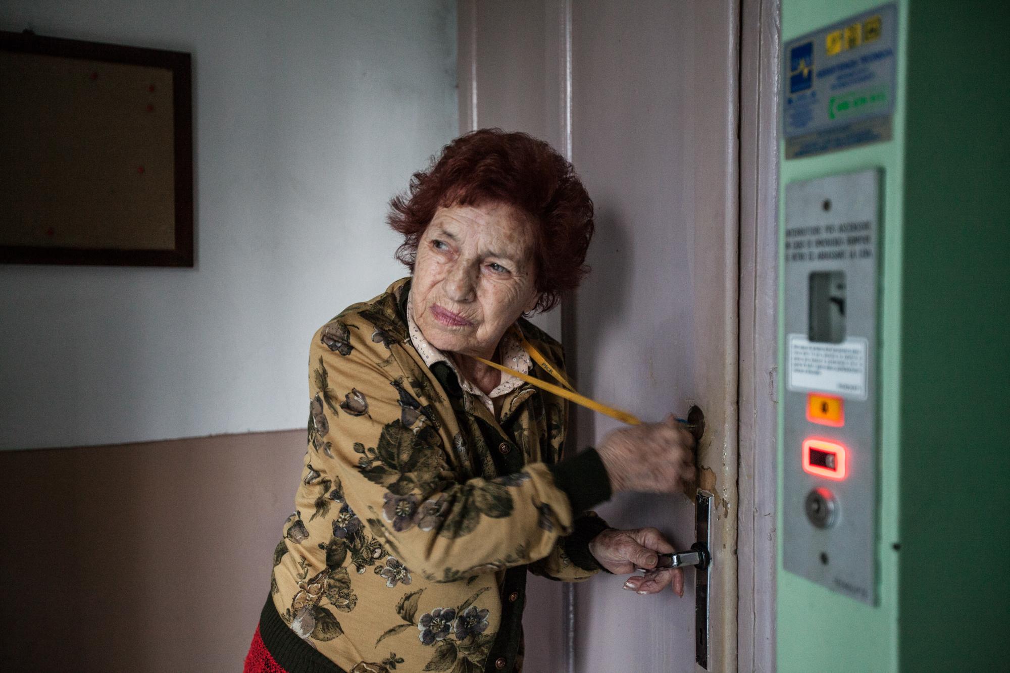 Margherita Bertolotti, 85 anni. Per più di vent'anni ha lavorato alla Caffaro nel reparto di smistamento dello zolfo. Anche suo figlio ha lavorato parecchi anni nella stessa azienda. Oggi vive sola nella casa assegnatagli anni fa nel complesso di case popolari di proprietà dell'azienda. Suo marito è morto di tumore all'eta di 39 anni. Brescia / Italia. Ottobre 2013