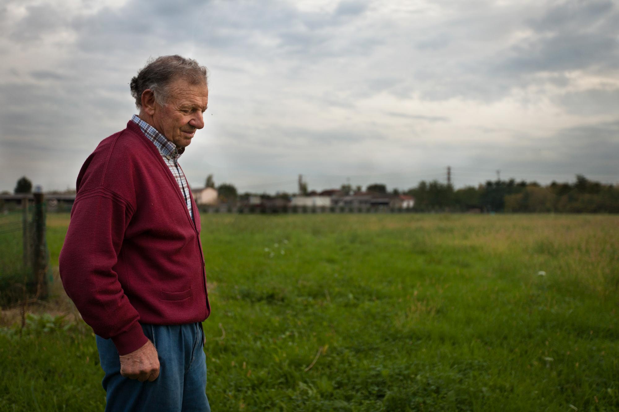 Pierino Antonioli, contadino bresciano di 70 anni abita nell'area inquinata dal PCB prodotto dall'industria chimica Caffaro. Da anni, a causa dell'inquinamento non può coltivare i campi messi sotto sequestro dall'autorità giudiziaria. Brescia / Italia. Ottobre 2013