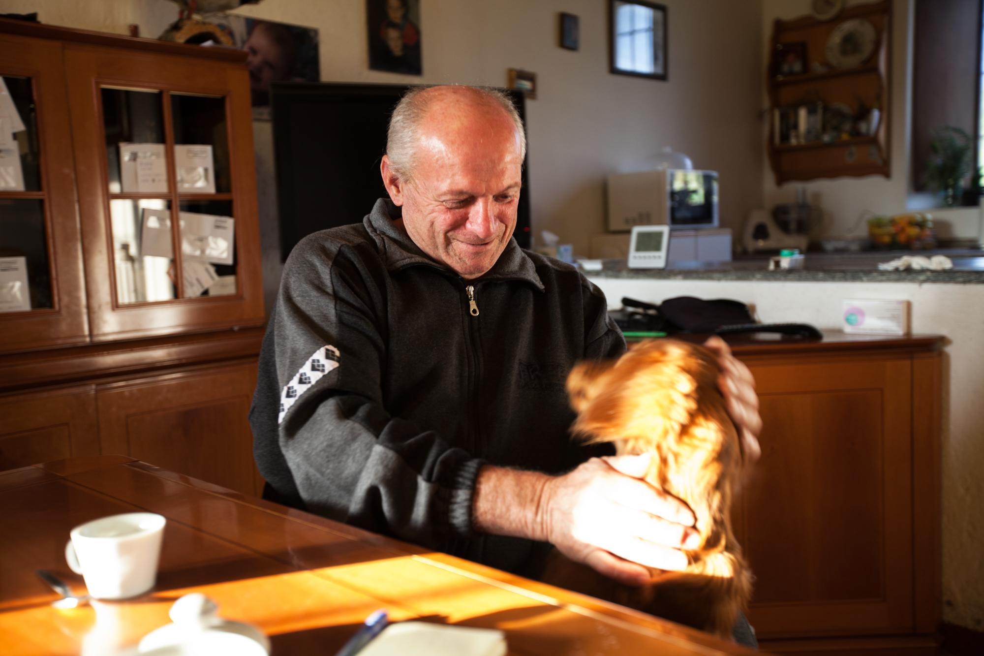 Severo Moroni, nella cucina della sua cascina. Da anni cessato l'allevamento di bestiame a causa dei troppi controlli, costi e restrizioni in seguito ai forti livelli di inquinamento del suo terreno.Brescia / Italia. Ottobre 2013