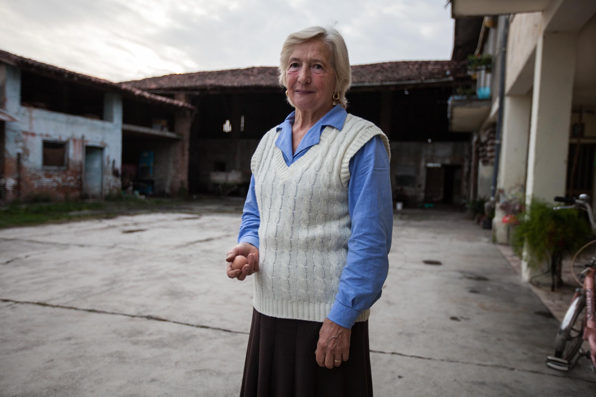 """Molti agricoltori e le loro famiglie si sono sempre nutrite di quello che coltivavano nei loro orti. La signora Maria racconta """"Quando nel 2001 i funzionari dell'Arpa sono venuti a sequestrare il bestiame ed i terreni, ci hanno portato via anche le cose che avevamo nel freezer"""" Brescia / Italia. Ottobre 2013"""