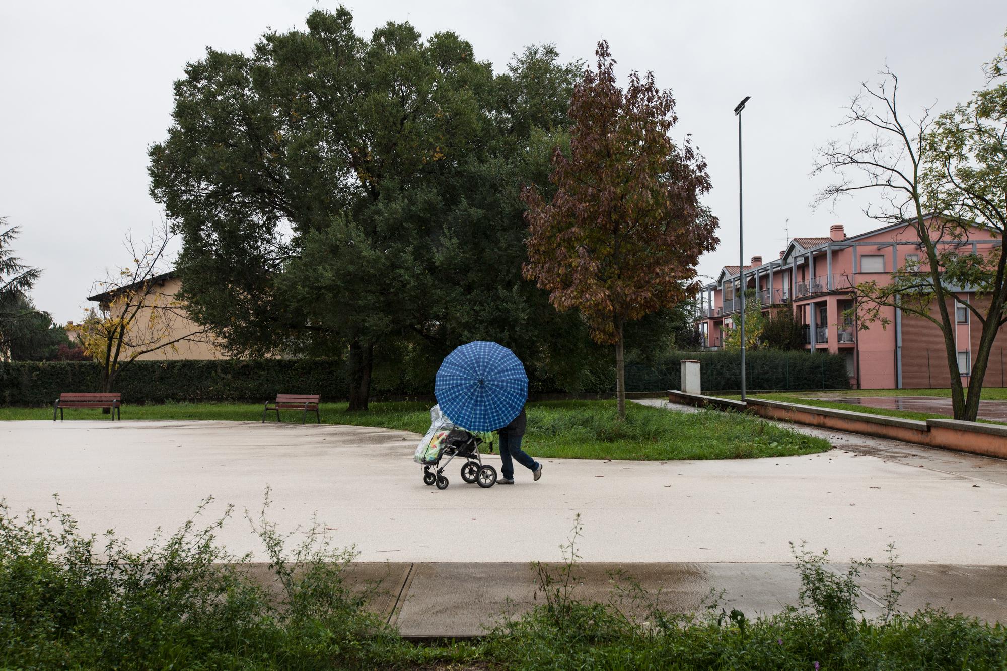 Piattaforma di cemento costruita nel giardino della Scuola Elementare Deledda di Brescia per consentire agli alunni di giocare all'aperto durante l'intervallo. E' proibito giocare sull'erba a causa della contaminazione da PCB.Brescia / Italia. Ottobre 2013