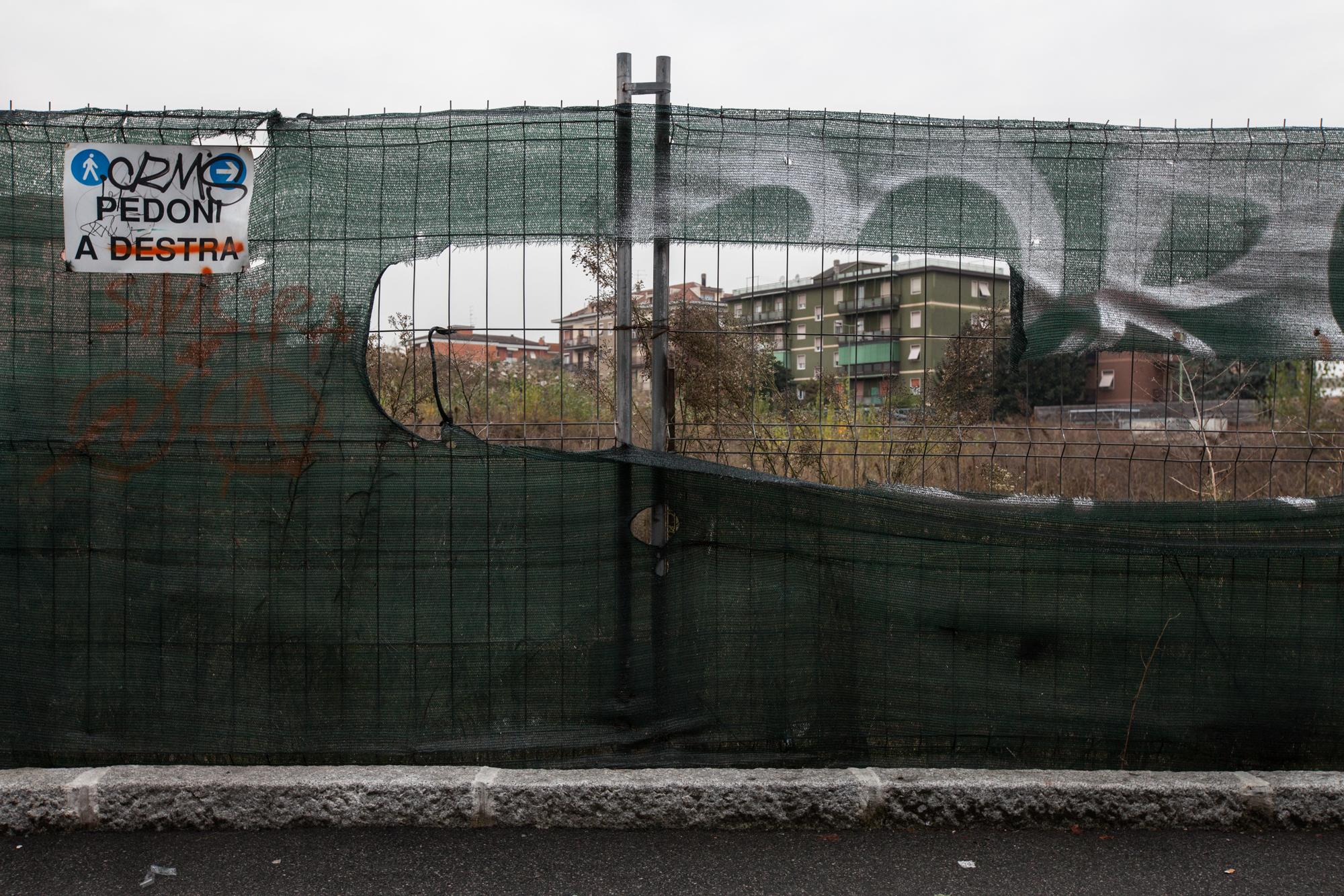 Aree verdi in pieno centro a Brescia abbandonate o poste sotto sequestro dalla magistratura a causa dell'inquinamento da PCB. La bonifica non è mai veramente iniziata.Brescia / Italia. Ottobre 2013
