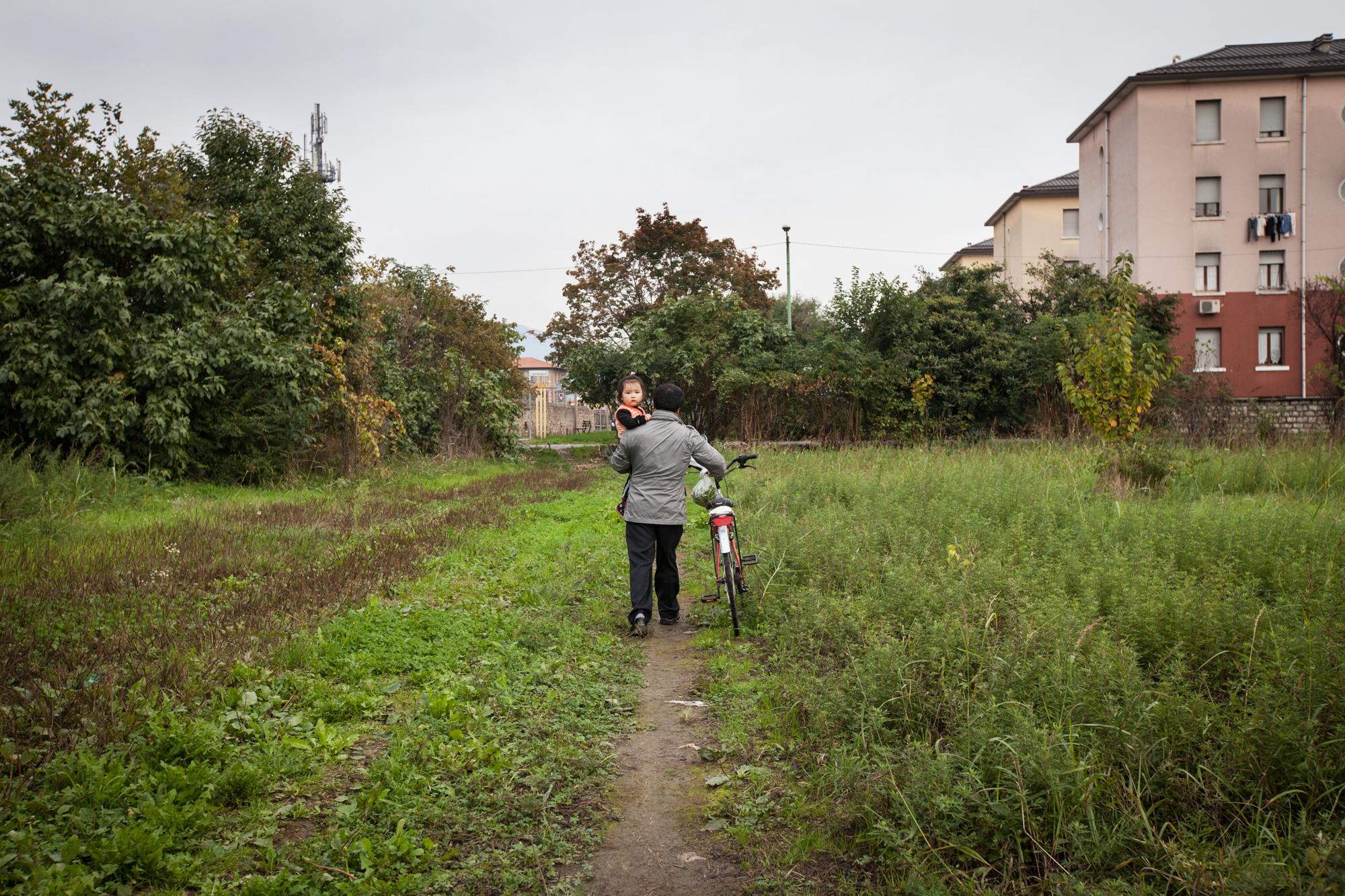 Alcuni Cinesi che abitano nella zona interessata, coltivano orti nonostante i divieti comunali.Brescia / Italia. Ottobre 2013