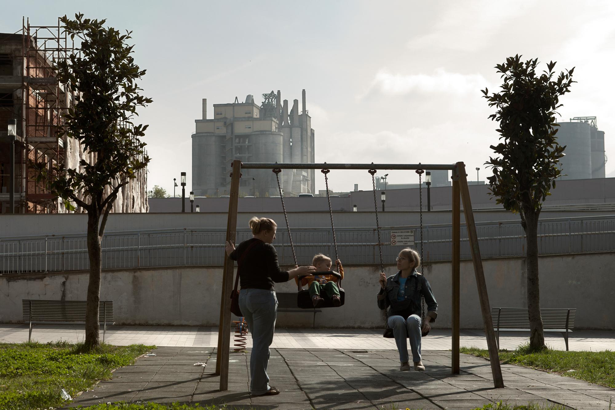 Parco giochi comunale adiacente al cementificio e a poche centinaia di metri dai termovalorizzatori.Colleferro, novembre 2013