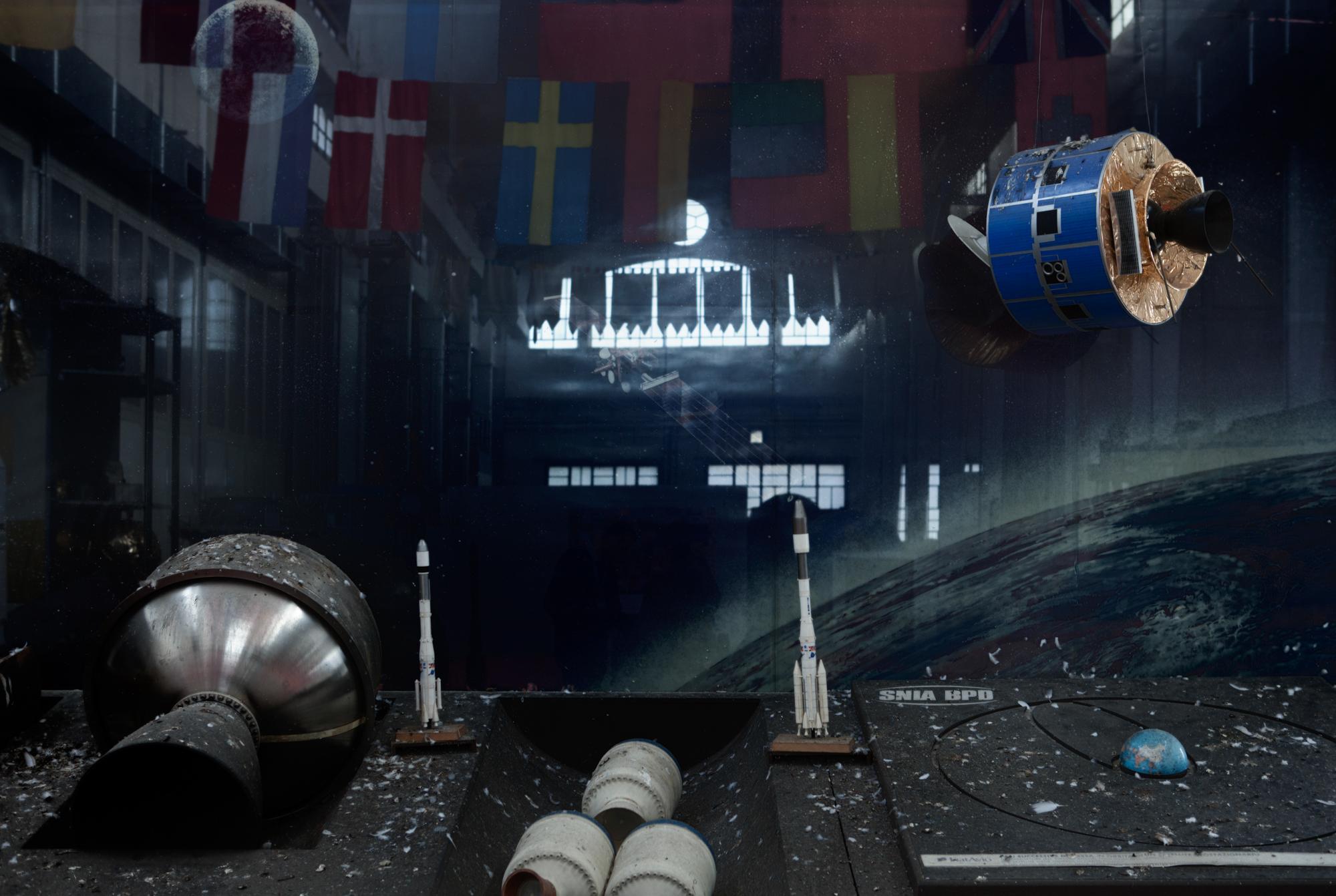 Parete espositiva del Museo della Fabbrica voluto nel 2008 dall'azienda aereospaziale AVIO spa e ubicato in un capannone industriale costruito dalla BPD all'inizio del '900, ora chiuso e abbandonato.Colleferro, novembre 2013