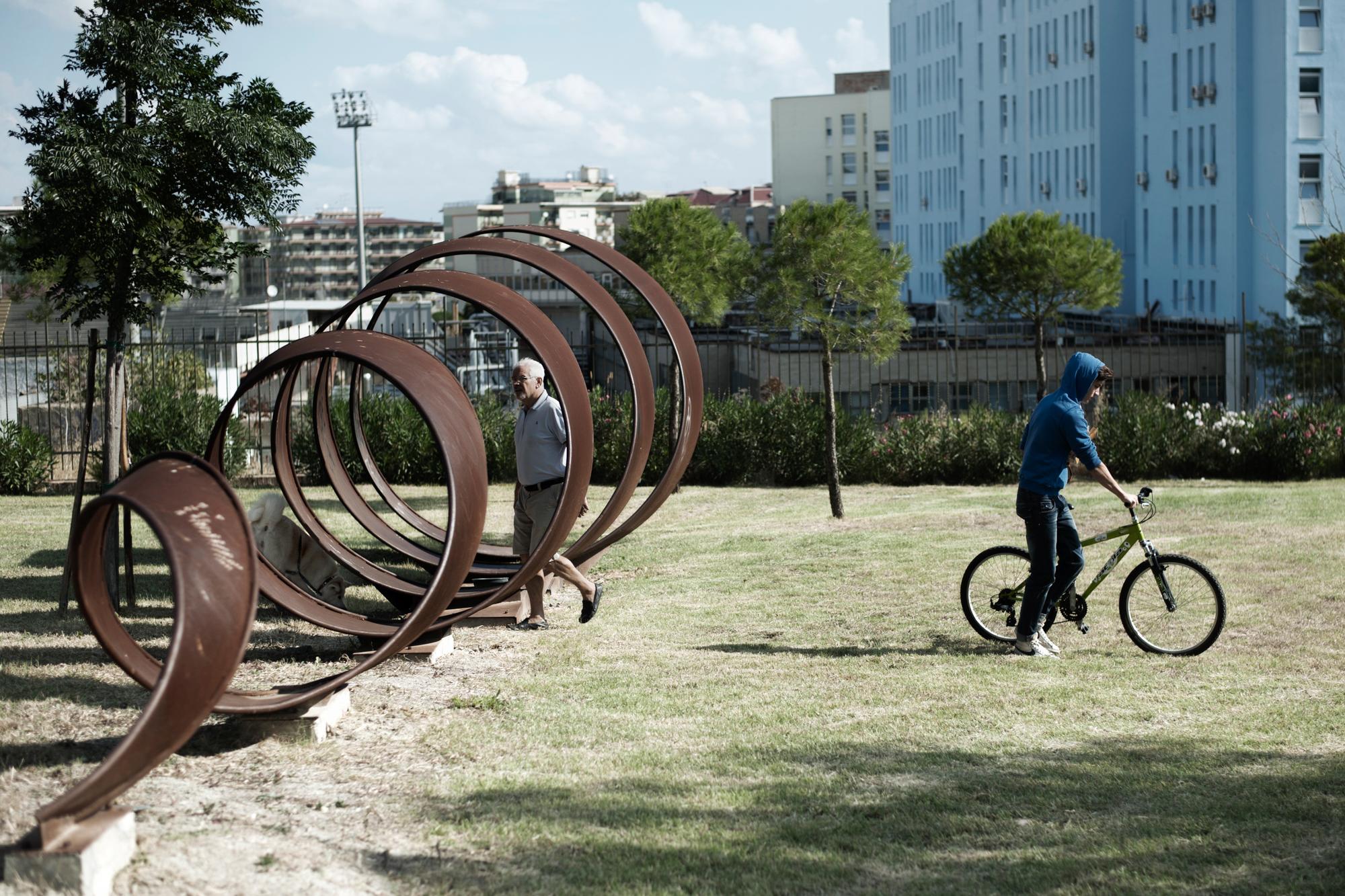 """Italia. Crotone 2013: Il """"Parco di Pitagora"""" nel centro della città è allestito con sculture e costruzioni che richiamano le invenzioni dei pitagorici. Inaugurato nel 2003 è caduto quasi immediatamente in uno stato di abbandono e oggi si sta tentando la sua riqualificazione."""