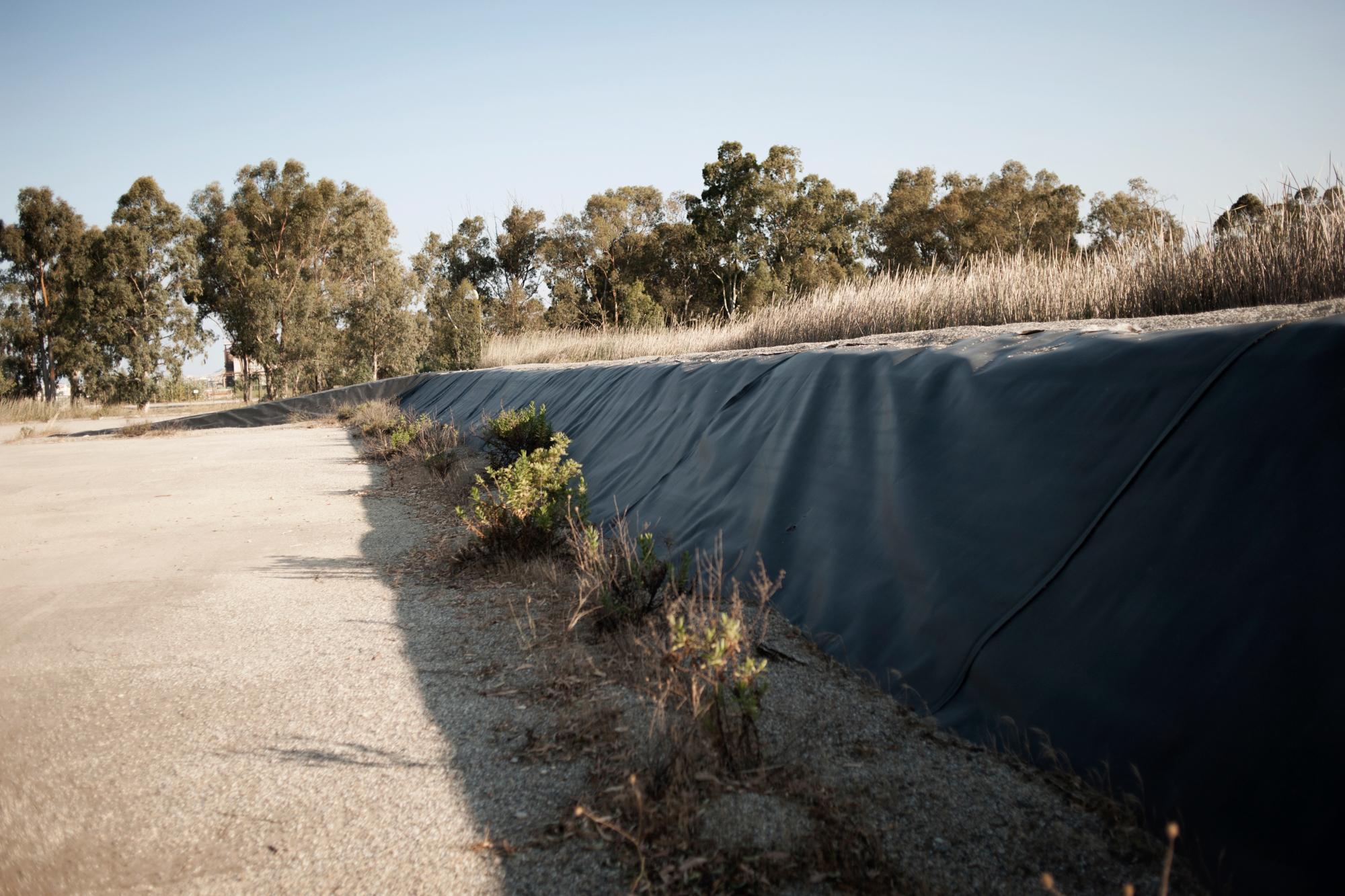 Italia. Crotone 2013: In questa zona sorgevano le cosiddette Black Mountains dove venivano stoccati i rifiuti della Montedison.