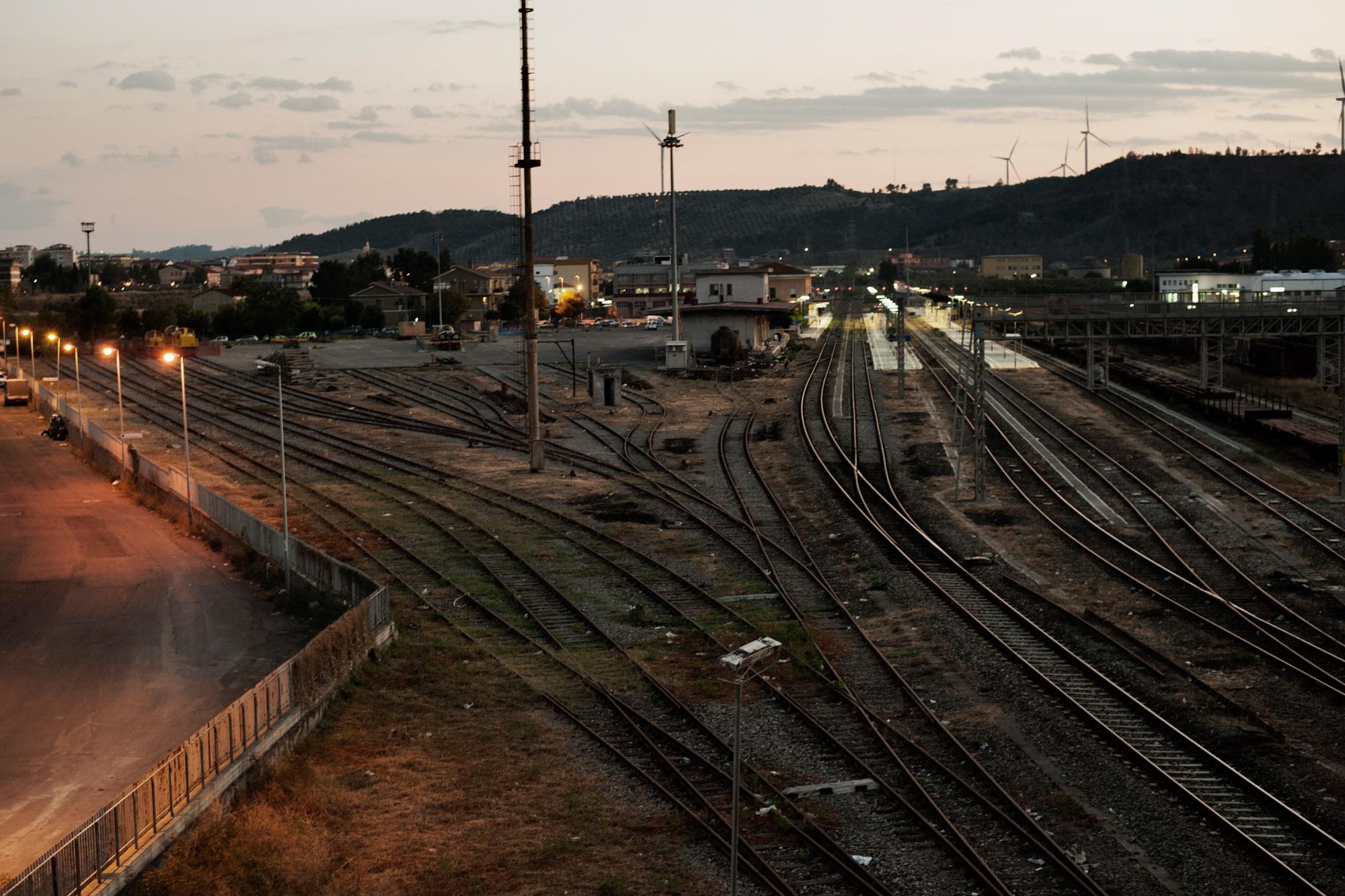 Italia. Crotone 2013: La stazione ferroviaria costruita per le necessita di una città industriale è ora quasi del tutto inutilizzata e se ne prevede lo smantellamento nei prossimi anni.