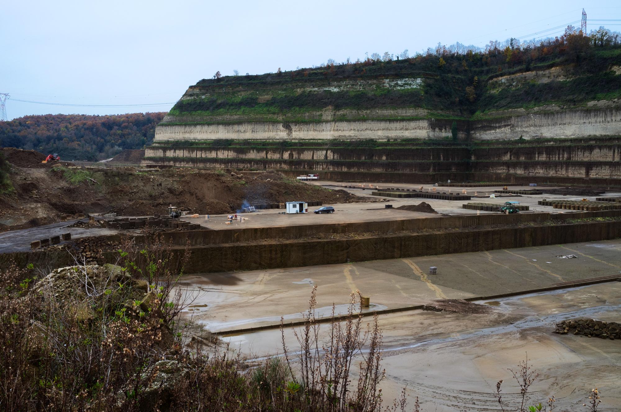 Ex cava di tufo che avrebbe dovuto sostituire la discarica di Malagrotta. Sotto, a circa 3 metri, c'è la falda acquifera.