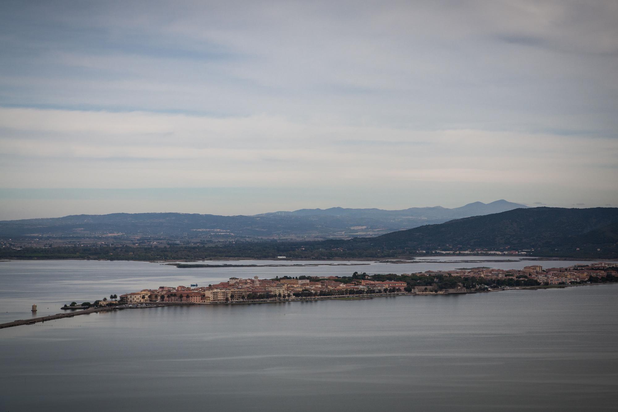 Veduta di Orbetello (Grosseto), 2015.Orbetello, cittadina toscana della provincia di Grosseto (7.000 abitanti) è al centro dell'omonima Laguna. E' costruita su un terrapieno artificiale che unisce la costa e al Monte Argentario, dividendo la laguna in due specchi d'acqua.