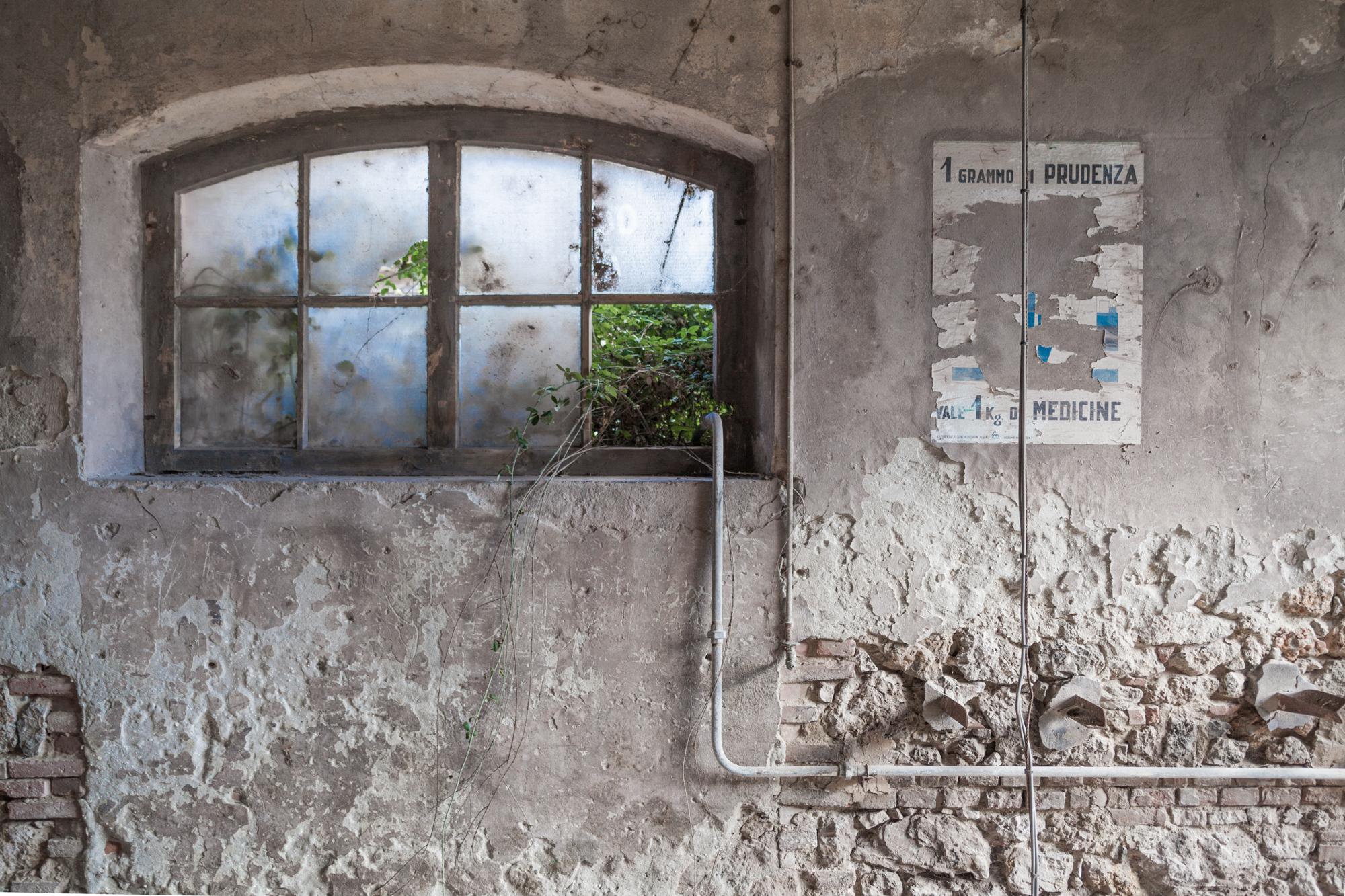 Un grammo di prudenza vale1 Kg di medicine  . Deposito e officina pale meccaniche, poster. S.I.To.Co. Orbetello (Grosseto), 2015.