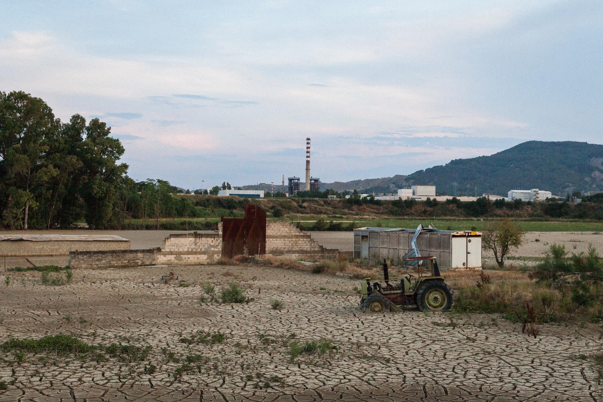 La ciminiera della Tecnoparco, nel polo industriale della Val Basento in zona Pisticci Scalo (MT), 2015. I rilevamenti effettuati nei terreni della zona confinante con l'azienda Tecnoparco e il fiume Basento hanno evidenziato la presenza di metalli pesanti, in particolare alluminio.