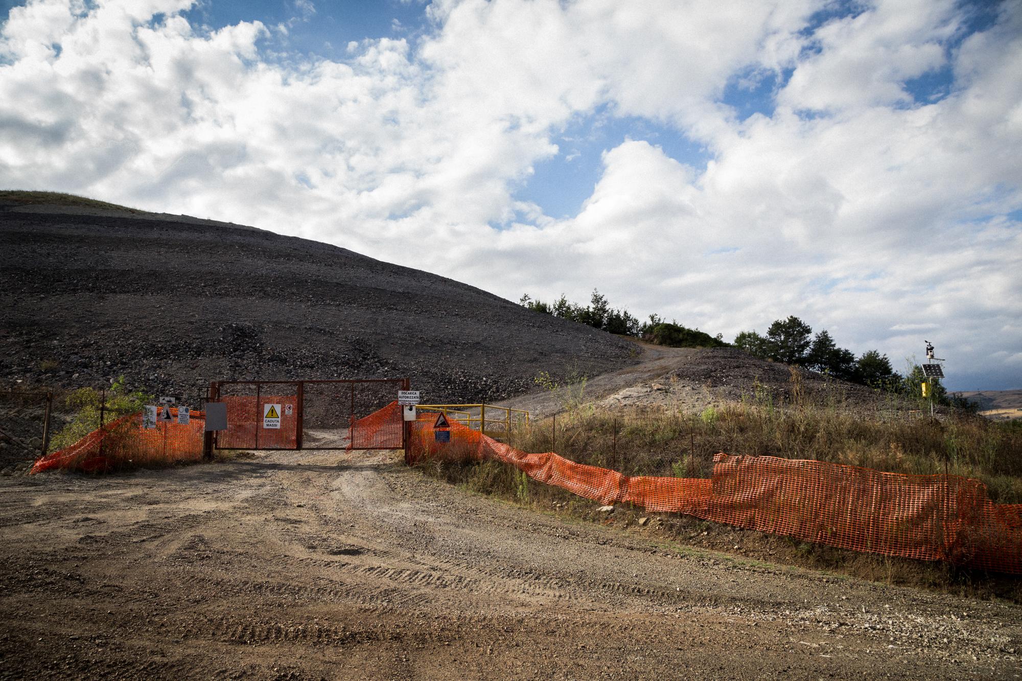 Ingresso di una discarica autorizzata su una delle montagne che costeggia l'area Industriale. Tito (Zona Industriale), Agosto 2015