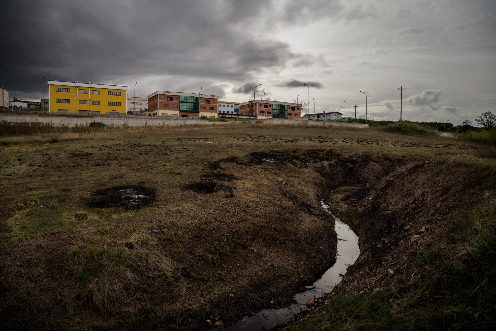 Dalle analisi effettuate sull'acqua per disposizione del P.M. H.J. Woodcock del Tribunale di Potenza, è emerso un superamento dei valori di metalli pesanti nella falda sottostante sia all'area S.I.N. che a quella industriale. Tito (Zona Industriale), Settembre 2015
