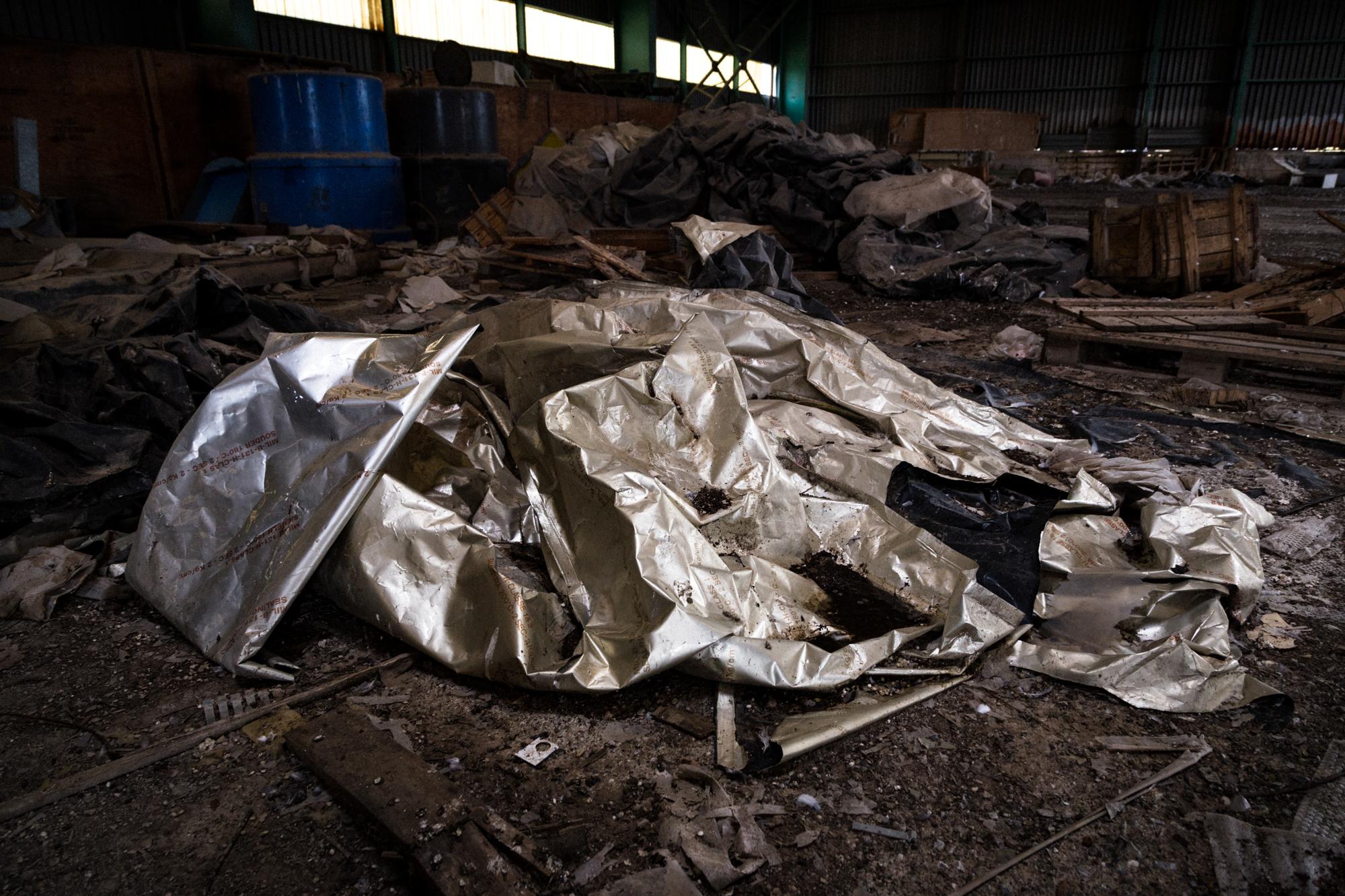 """Una delle telature in PVC utilizzate per avvolgere i fanghi e gli altri materiali classificati dall'O.M.S., (Organizzazione Mondiale della Sanità), come """"rifiuti altamente inquinanti e pericolosi"""". Tito (Area S.I.N. Ex Liquichimica), Settembre 2015"""