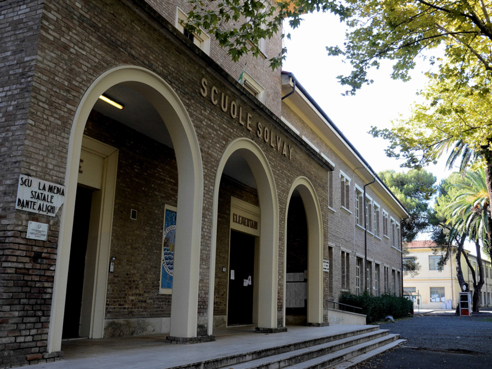 Villaggio Solvay, particolare della Scuola Elementare costruita intorno al perimetro d'ingresso dello Stabilimento Solvay, Rosignano Solvay, 2015