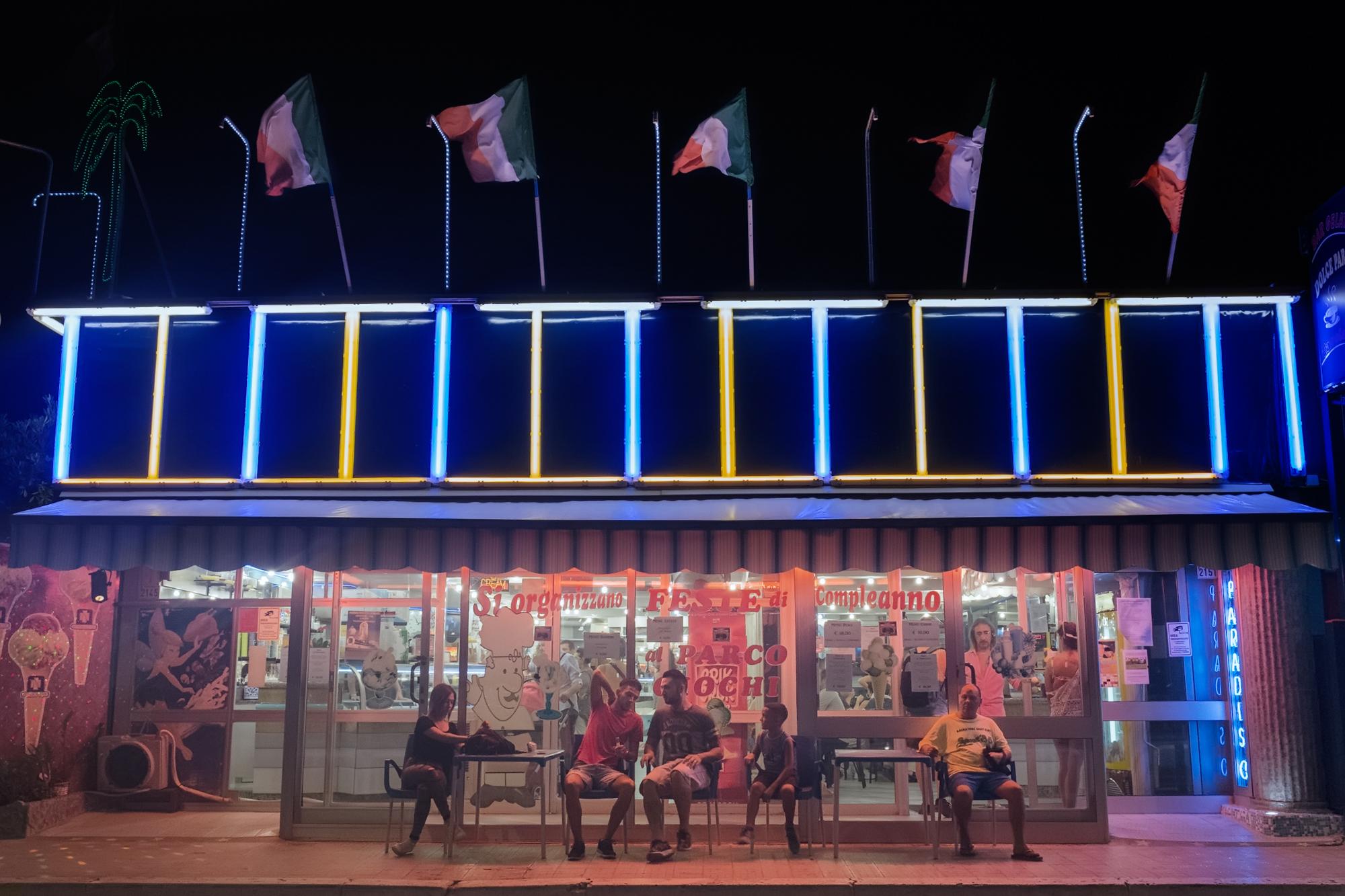 Bar Dolce Paradiso lungomare di Foce Verde (LT), 2015.  In estate il litorale pontino diventa un'affollata località turistica frequentata prevalentemente da laziali e campani. Questo è il punto in cui il Canale Mussolini, il principale della bonifica dell'Agro Pontino ed oggi conosciuto come canale delle Acque Alte, sfocia nel mar Tirreno.