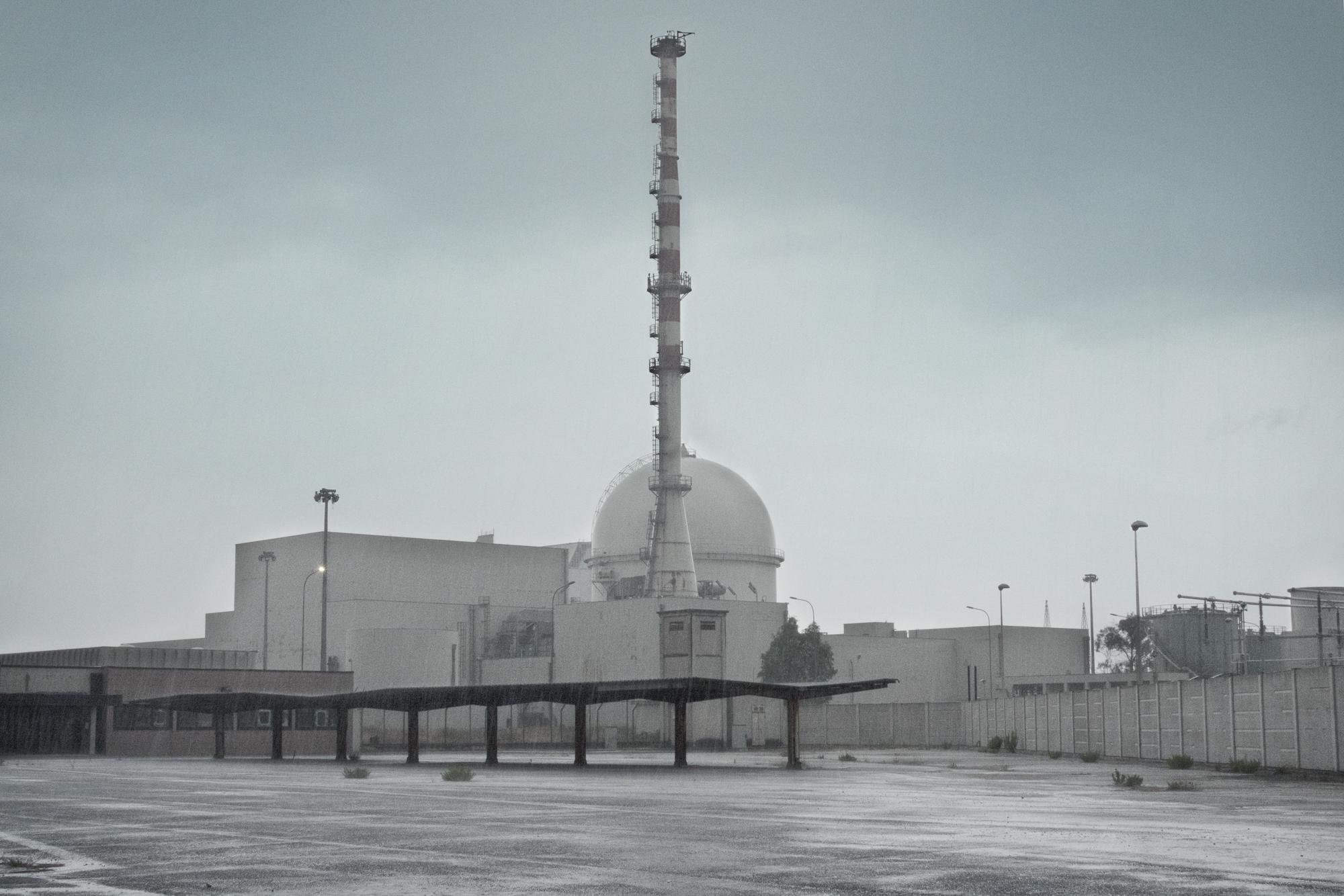 Copula del reattore nucleare a nebbia CIRENE, Borgo Sabotino (LT),  Il CISE REatttore nucleare a NEbbia è un progetto di reattore nucleare completamente sviluppato in Italia. Un primo prototipo, basato sull'uso di uranio naturale come combustibile e di acquapesante come termovettore, fu formulato nel 1962 con l'idea di fornire l'Italia di una tecnologia nucleare nazionale. Era necessario evitare l'uso di uranio arricchito, elemento base per armi nucleari e quindi precluso all'Italia a seguito della sconfitta nella seconda guerra mondiale. Il progetto, dopo molte difficoltà tecniche che comunque portarono allo sviluppo di brevetti e processi industriali innovativi, fu completato nel 1986, ma l'incidente di Chernobyl nell'aprile dello stesso anno e il conseguente referendum sul nucleare del novembre 1987 ne bloccarono il collaudo definitivo. Non essendo mai entrato in funzione il reattore non è contaminato.