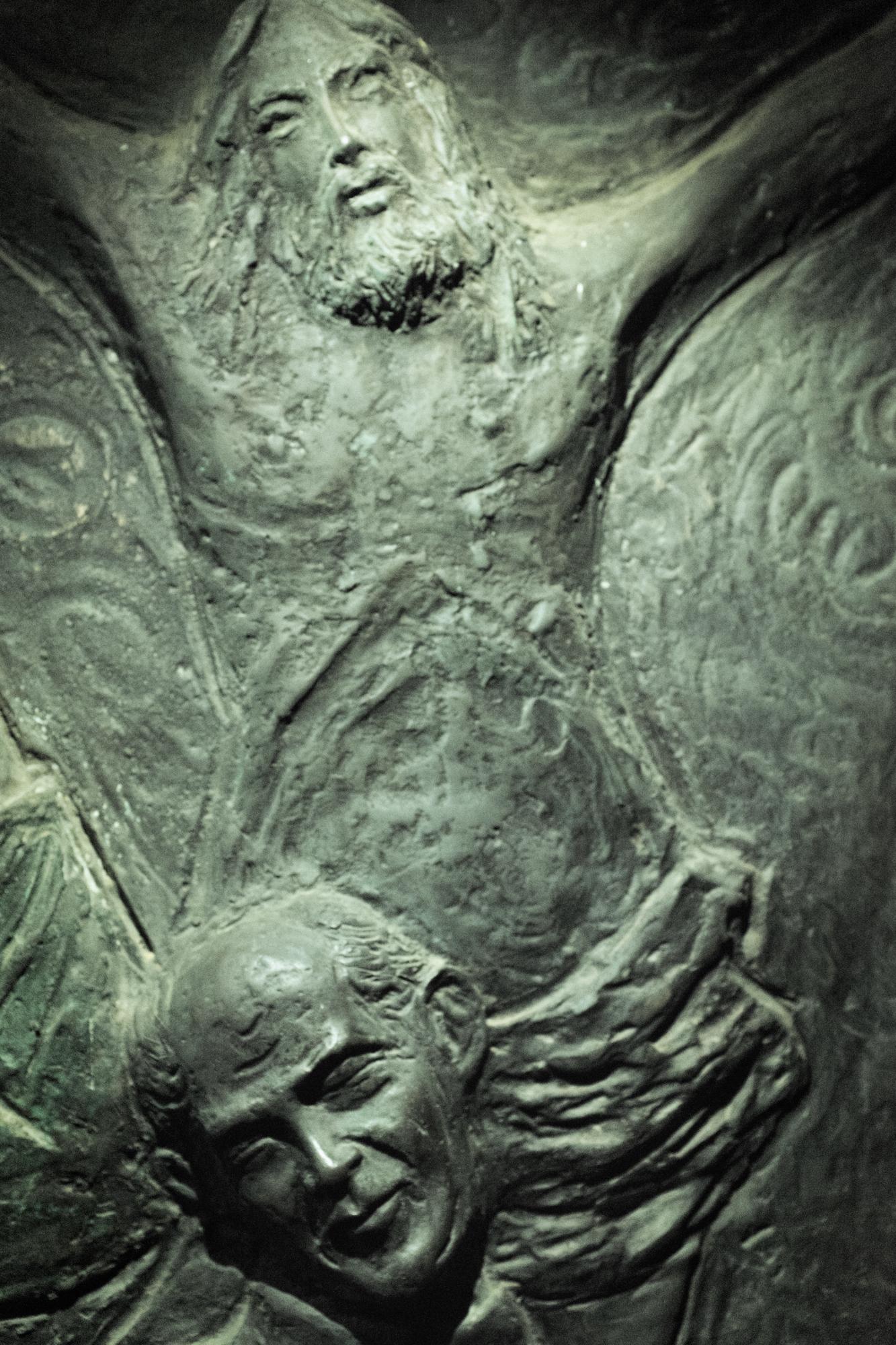 Bassorilievo raffigurante Don Cesare Boshin. Chiesa della SS. Annunziata di Borgo Montello (LT), 2015.  Il corpo di Don Cesare Boschin fu ritrovato senza vita il 30 marzo 1995. Il parroco, a 81 anni, aveva ancora le energie per aiutare il comitato di borghigiani che lottava contro l'avvelenamento causato dalla discarica. L'avvertimento fu chiaro e la paura per la propria vita e quella dei propri familiari soffocò le proteste del comitato.