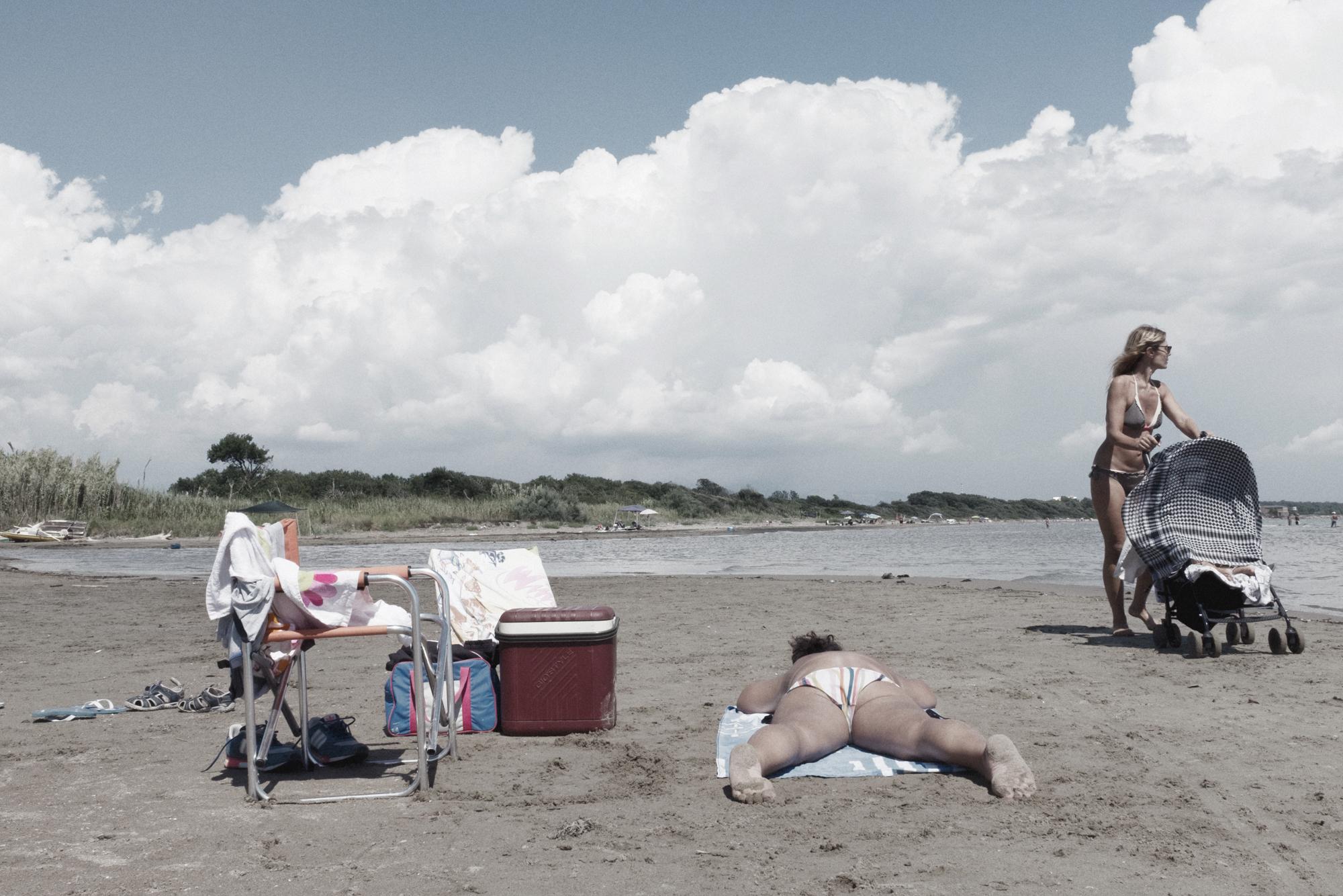Bagnanti sulla foce del fiume Astura. Nettuno (RM), 2015.  Il fiume, prima di lambire la discarica, è interessato da scarichi industriali di altri impianti situati a monte. Le sue acque sono state classificate dall'ARPA Lazio come scadenti/pessime.