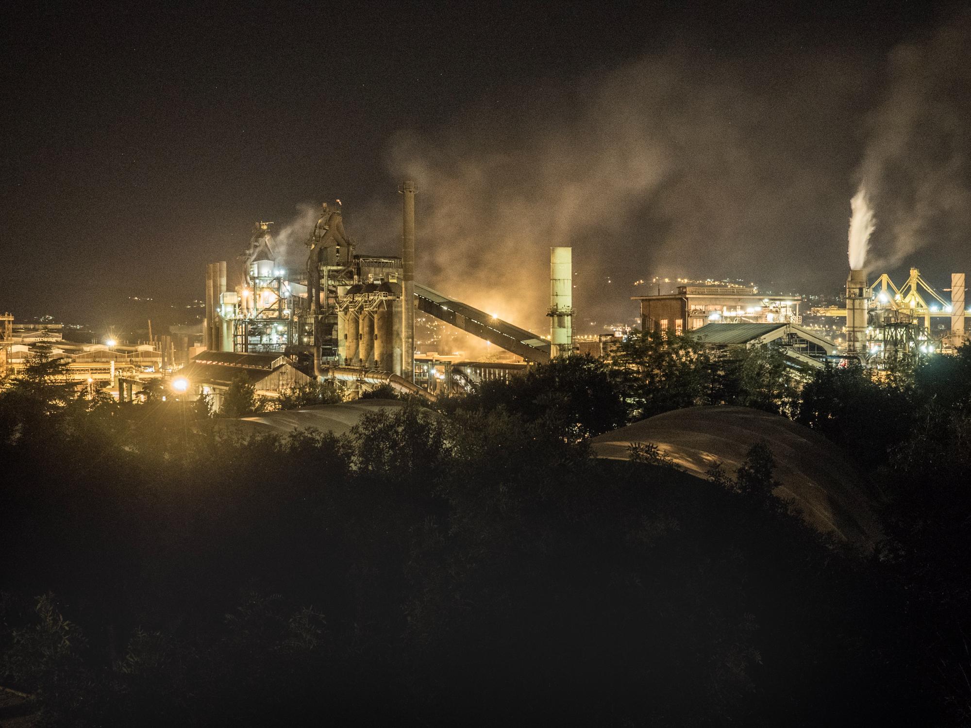 Veduta notturna dell' imponente impianto siderurgico della Ferriera di Servola , Trieste 2015.